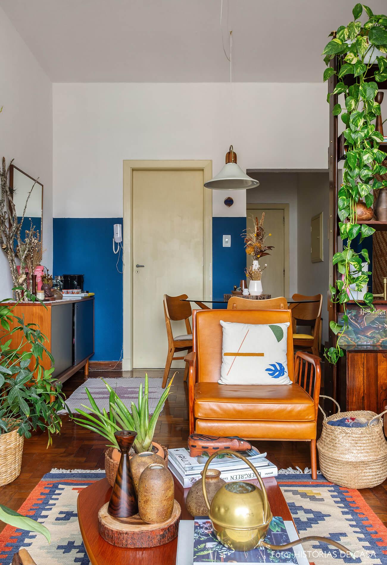 Sala com poltrona de couro vintage