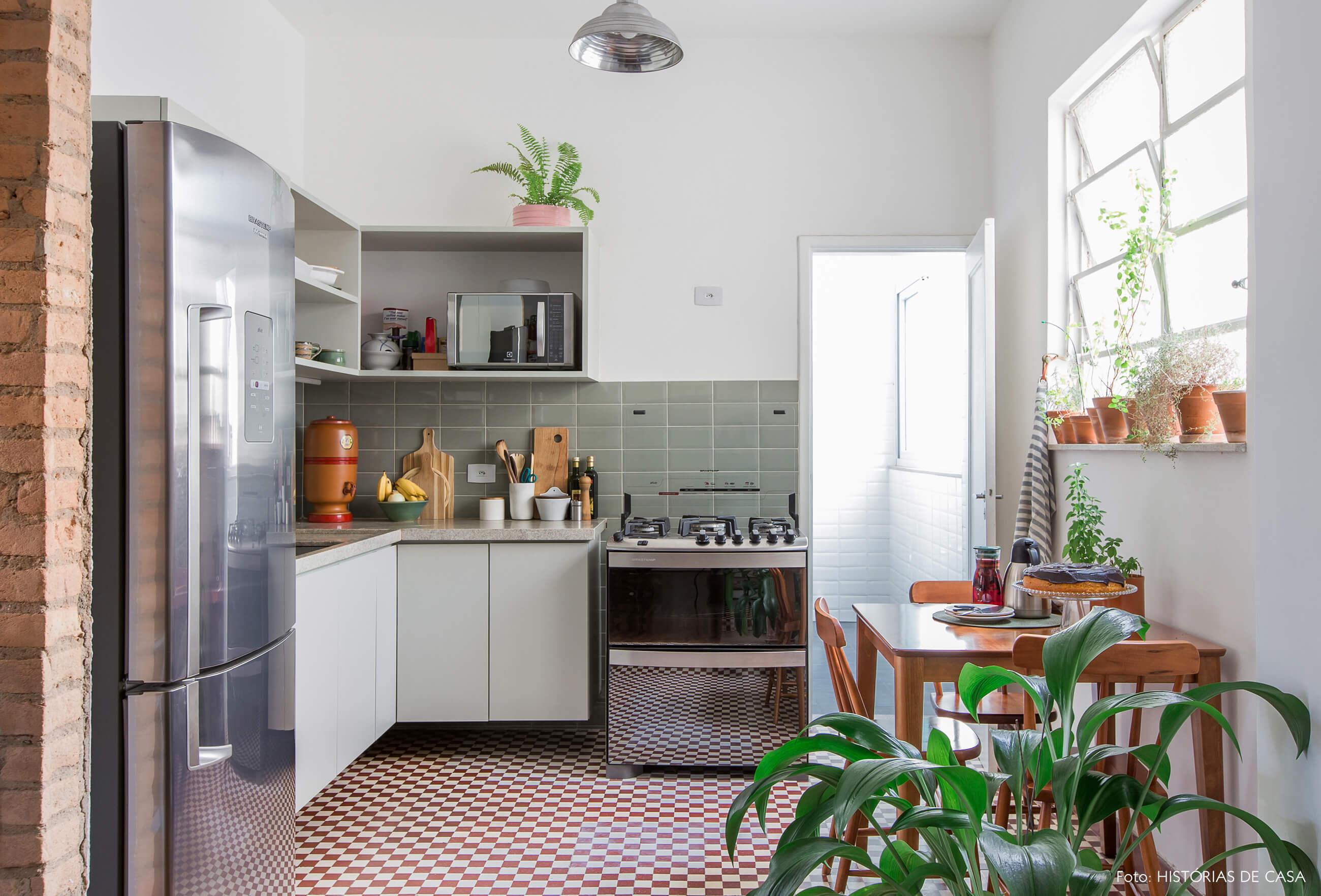 Apartamento reformado com cozinha integrada, piso de ladrilhos hidráulicos