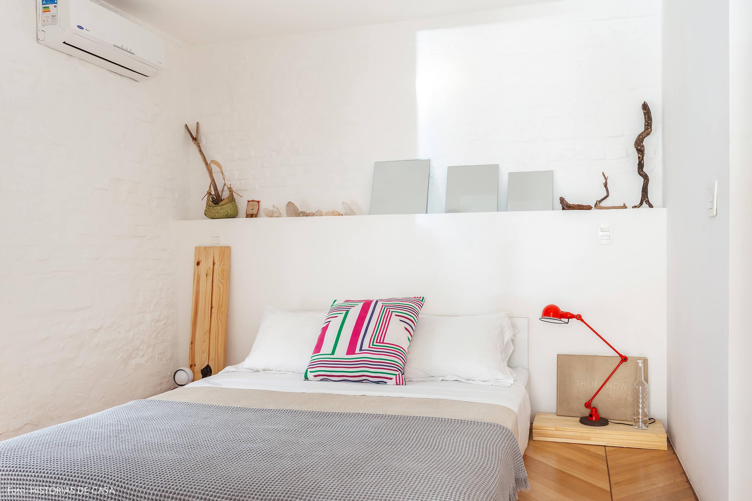 Quarto neutro com cama baixa e criados de madeira