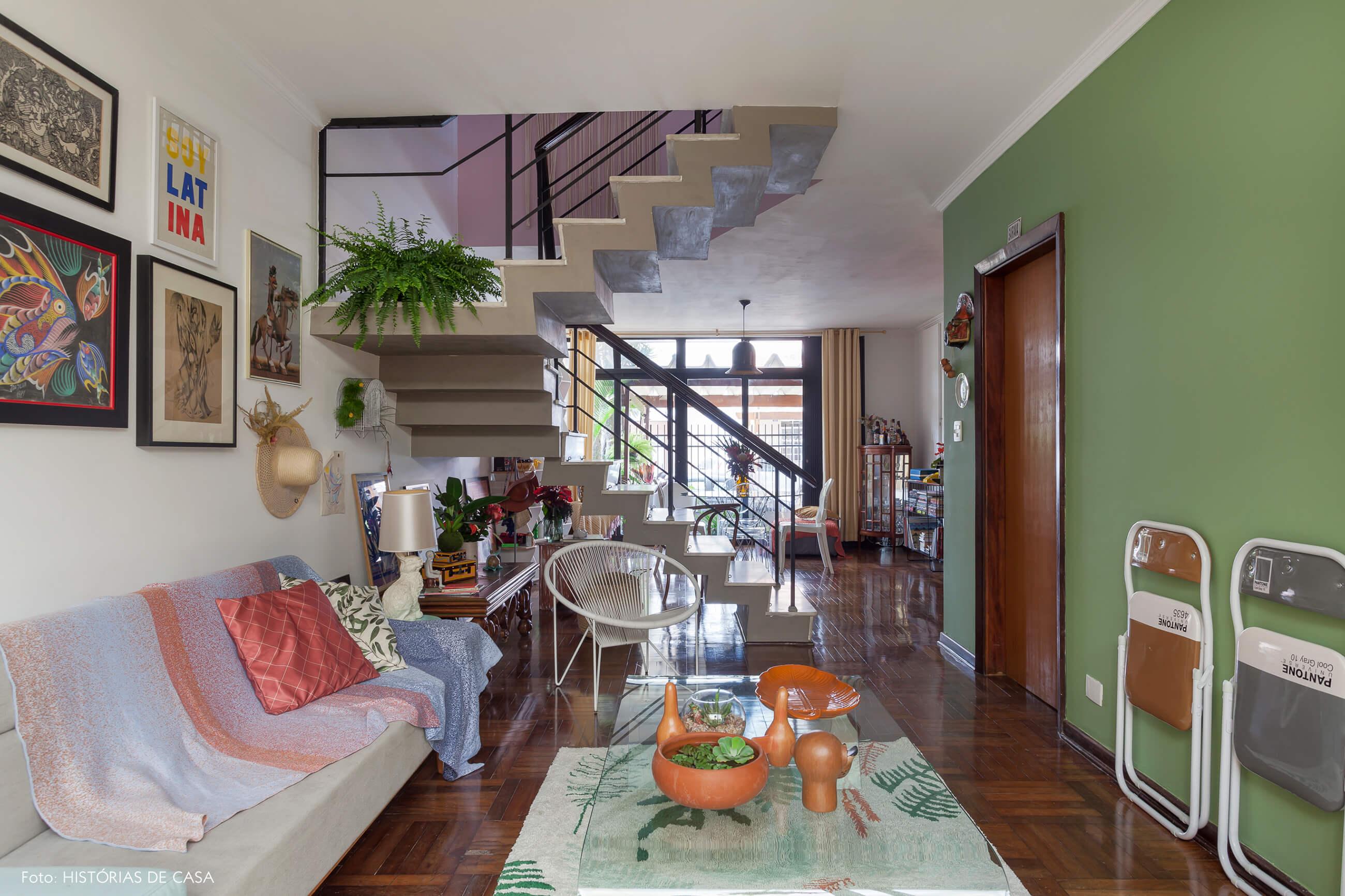 Sala integrada com parede pintada de verde