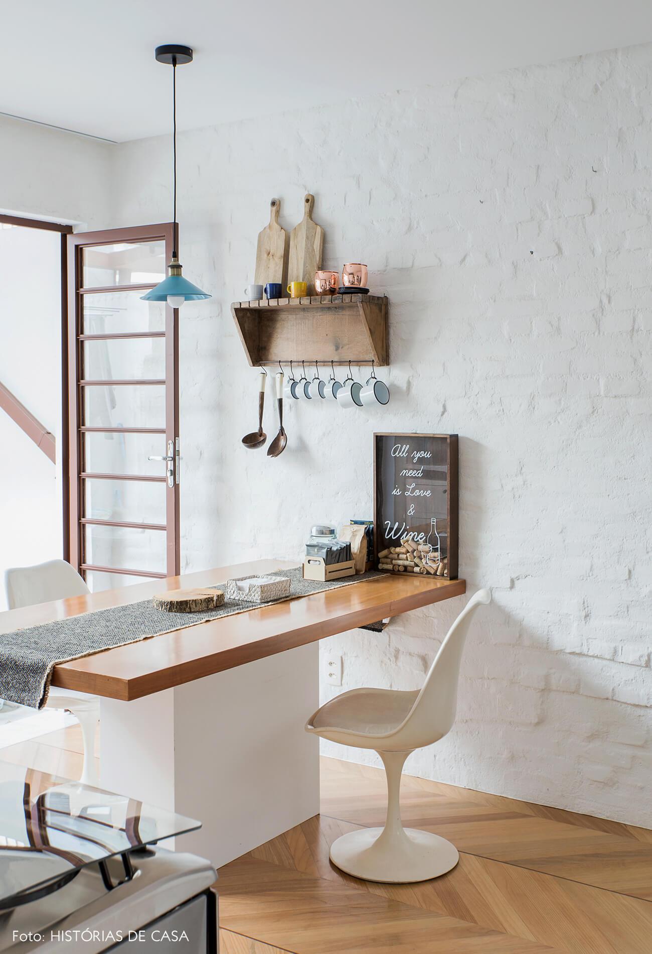 Casa com cozinha aberta para o quintal e paredes de tijolinho