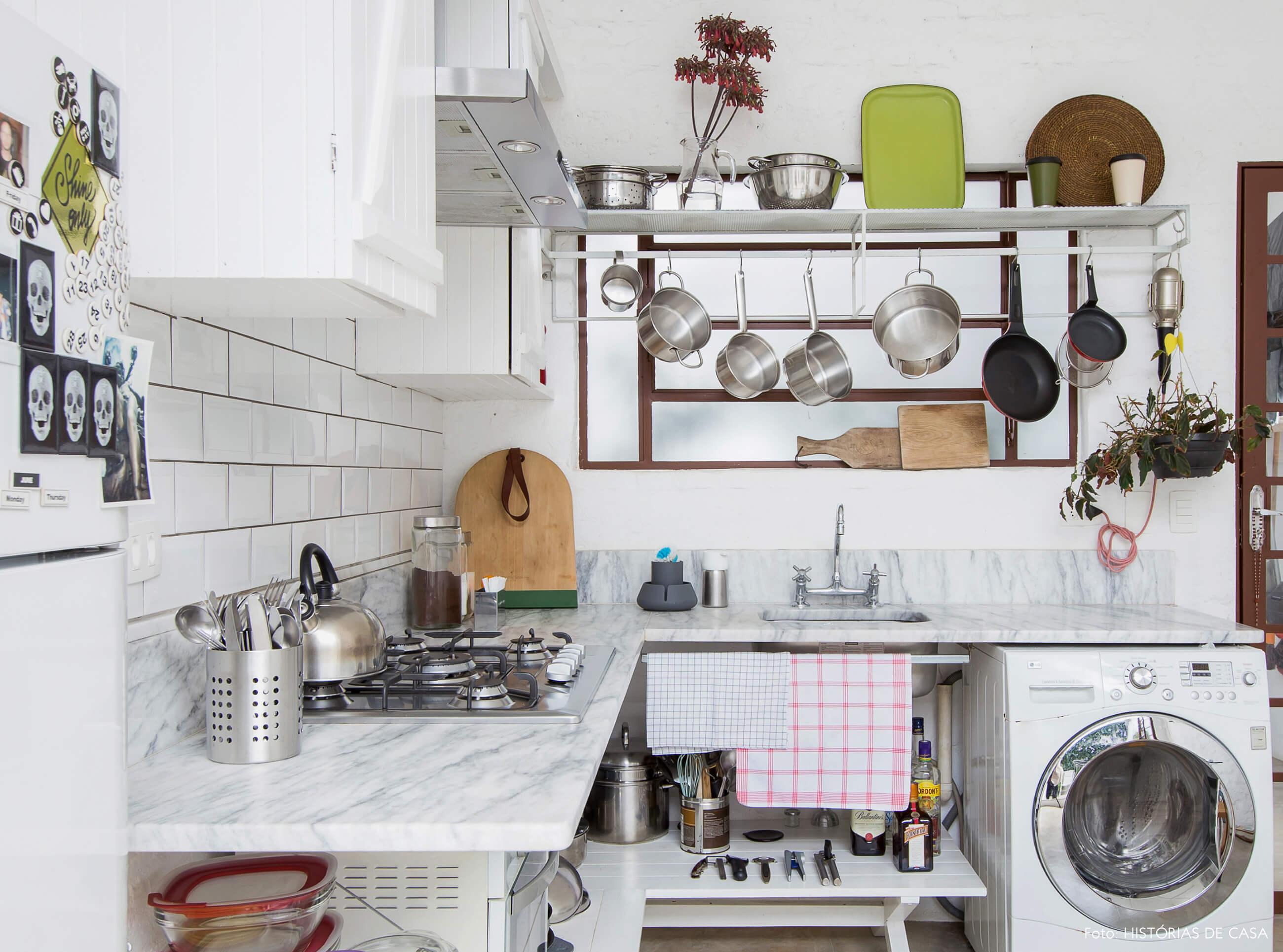Cozinha com prateleiras abertas e paneleiro