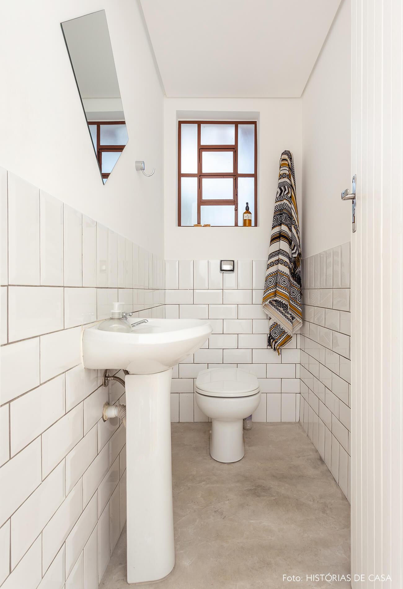 Banheiro compacto com azulejos subway tiles