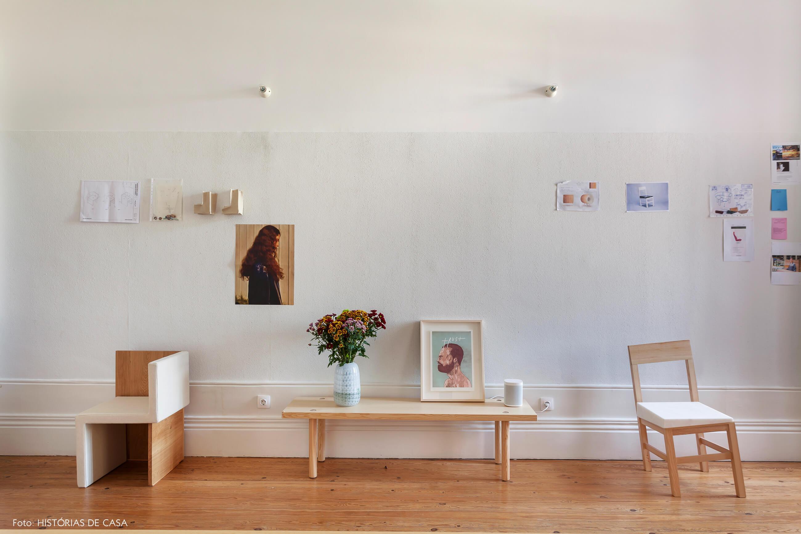Home office com decoração minimalista e mural de referências