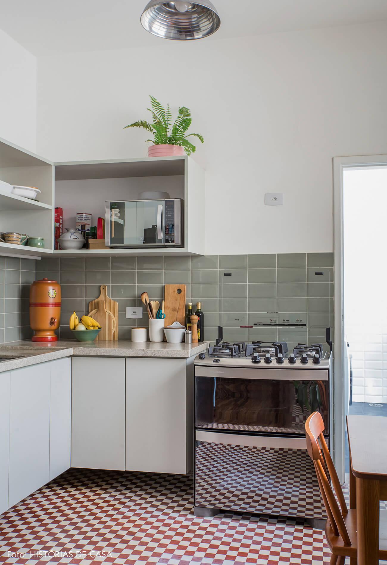 Cozinha com piso de ladrilhos hidráulicos vermelhos