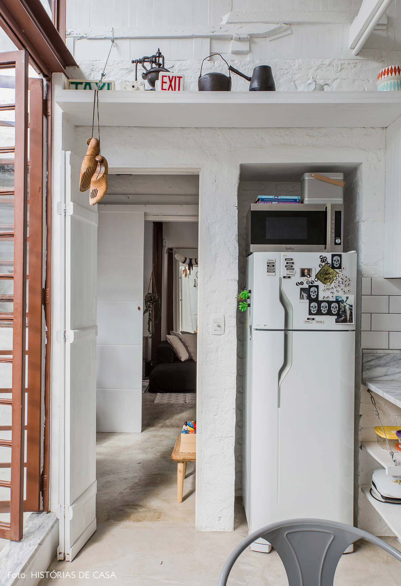 Cozinha com prateleiras abertas e nicho para geladeira