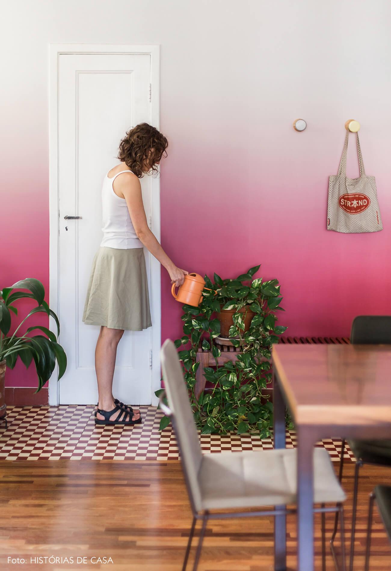 Sala de jantar com piso de ladrilhos hidráulicos vermelhos e papel de parede