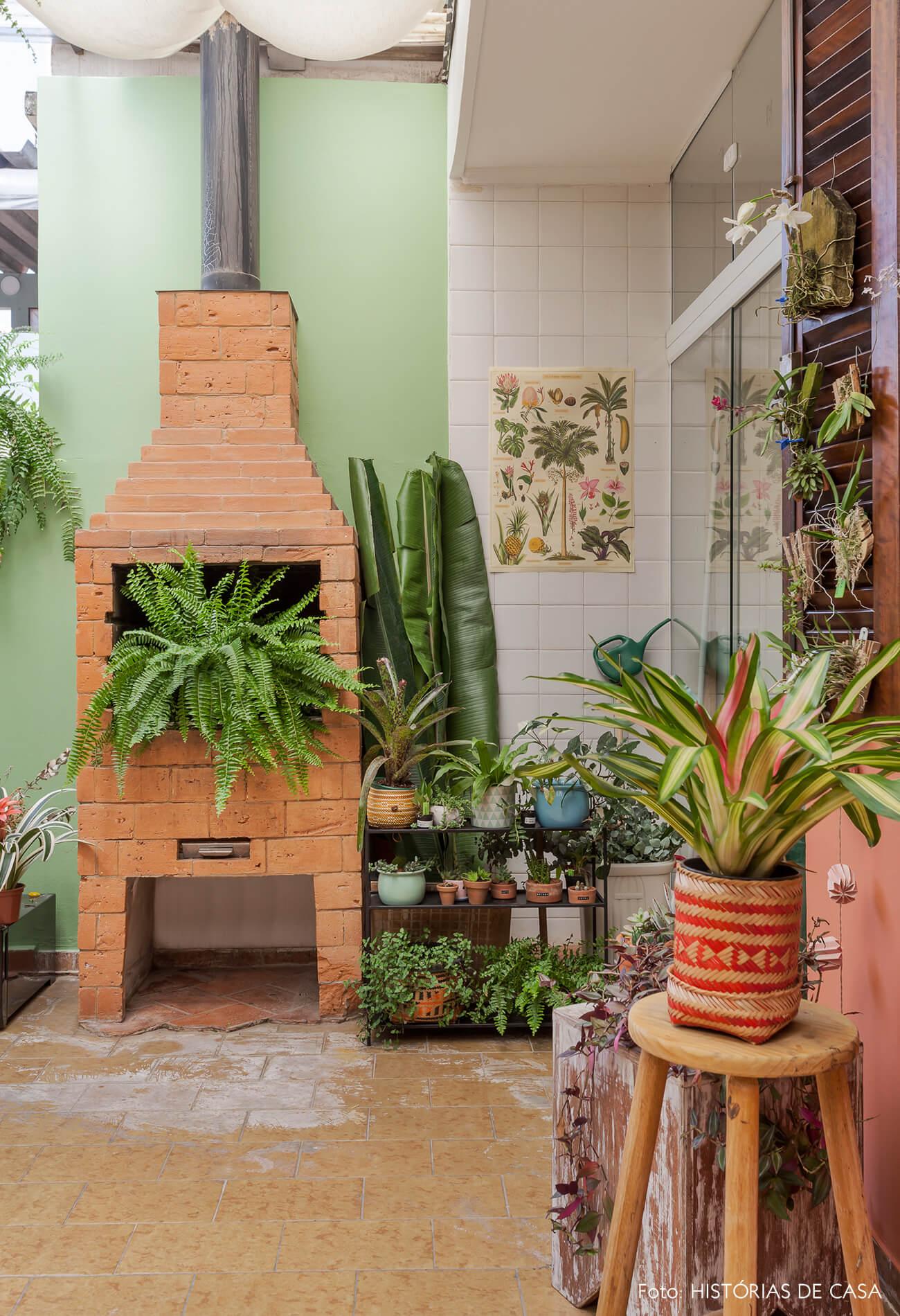 Quintal com churrasqueira e parede pintada de verde