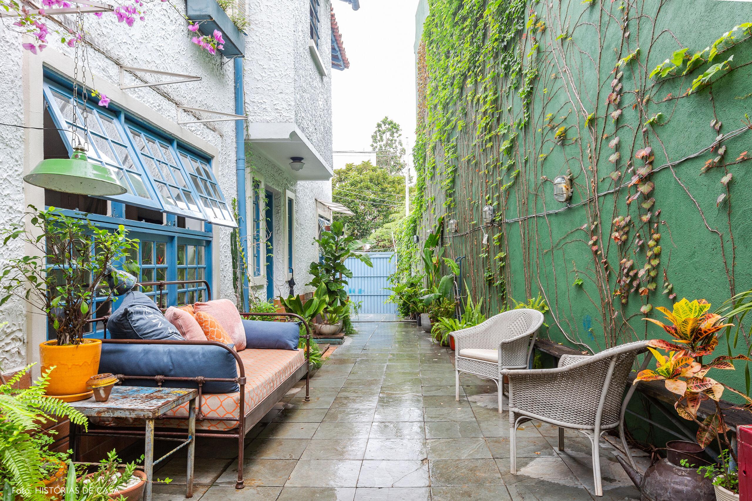 Casa com quintal e parede pintada de verde