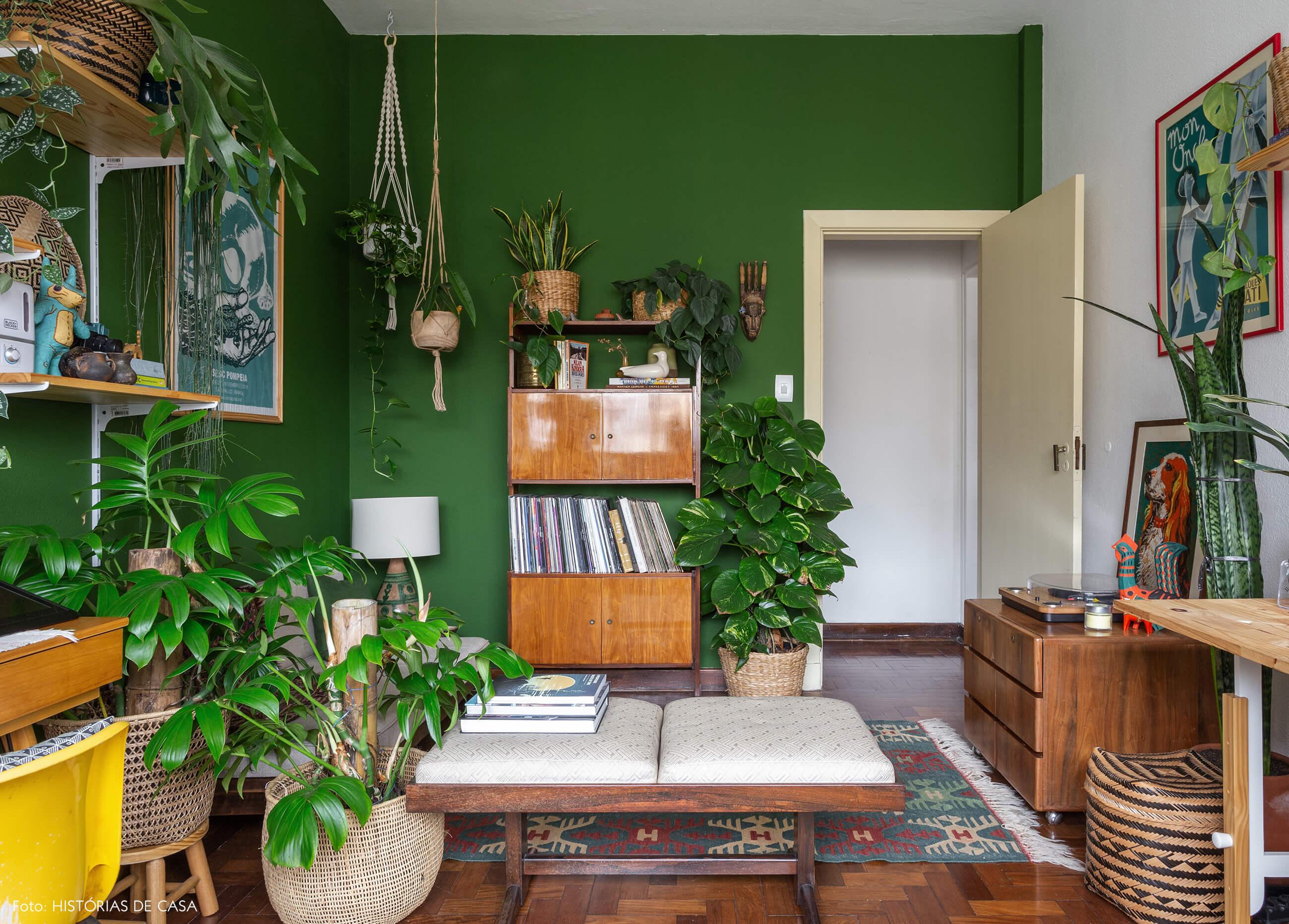 Home office com paredes pintadas de verde