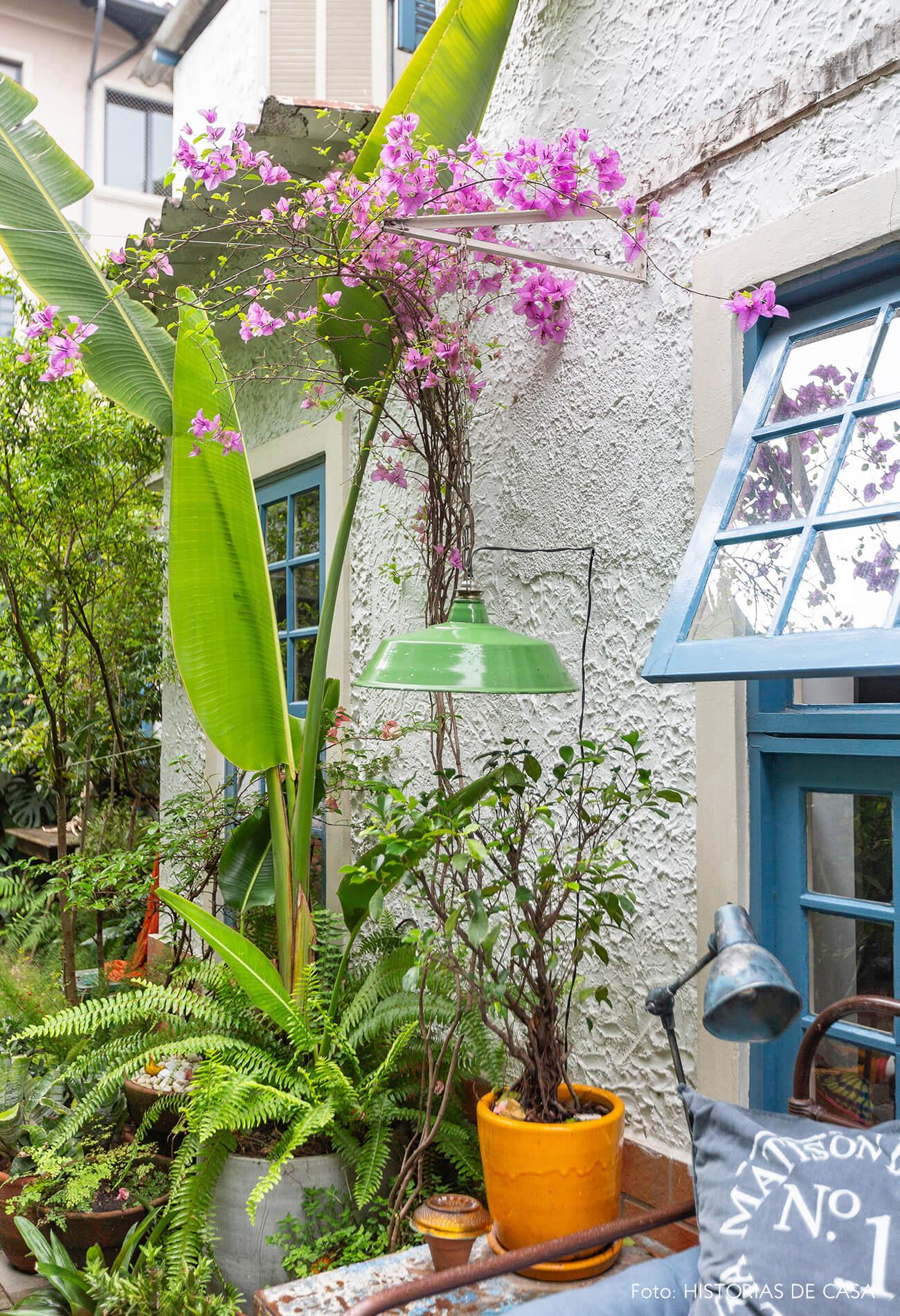 Jardim com primavera e abajur antigo