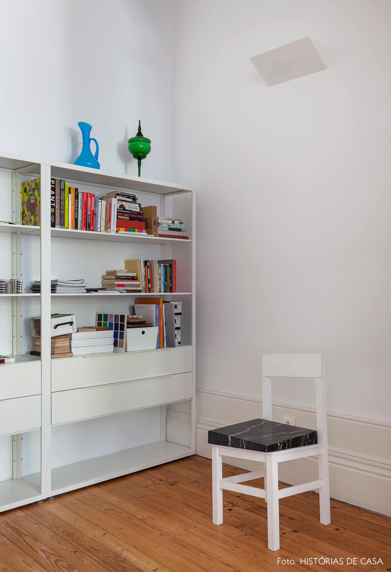 Home office com estante branca