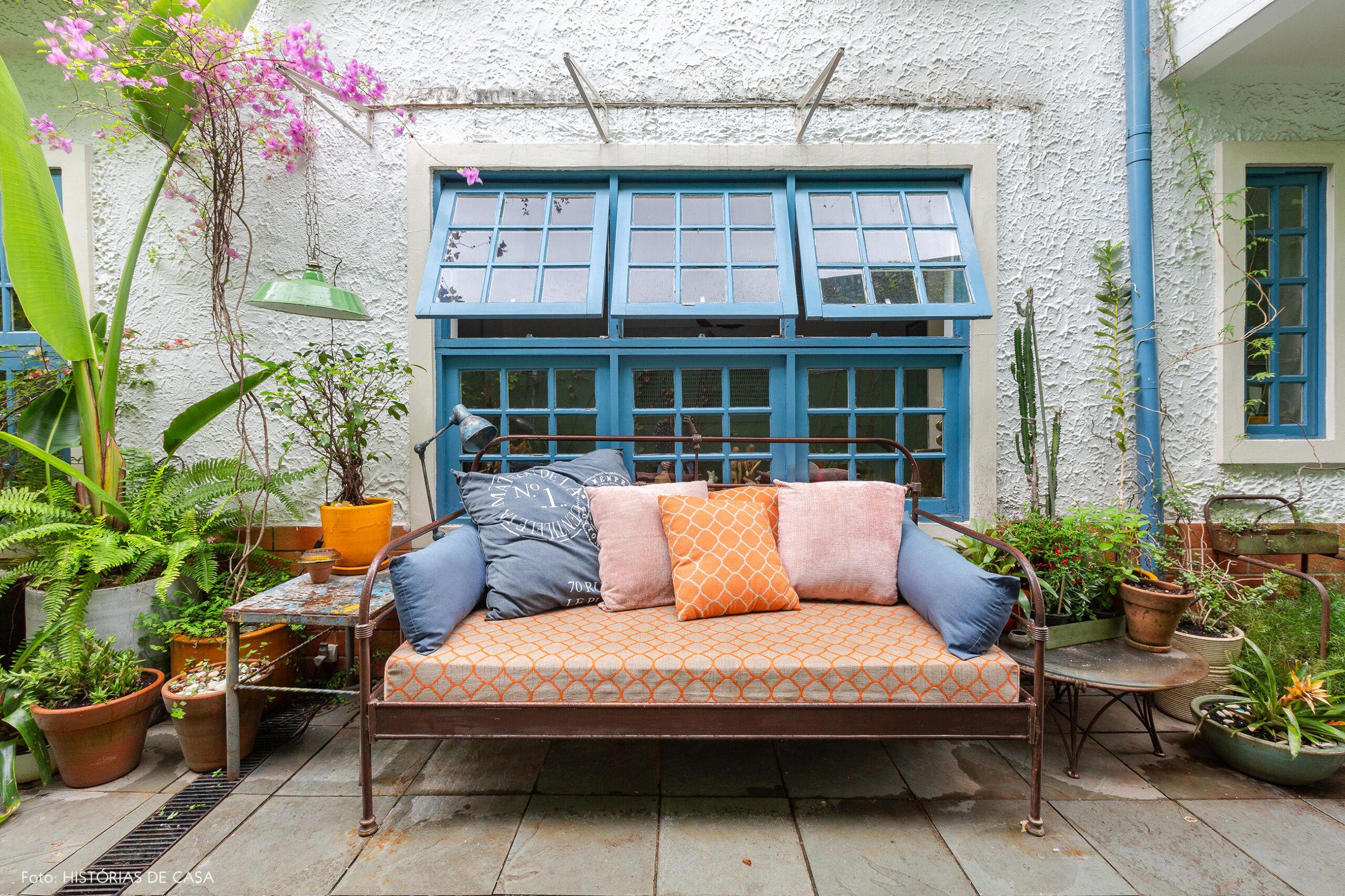 Jardim com janelas pintadas de azul