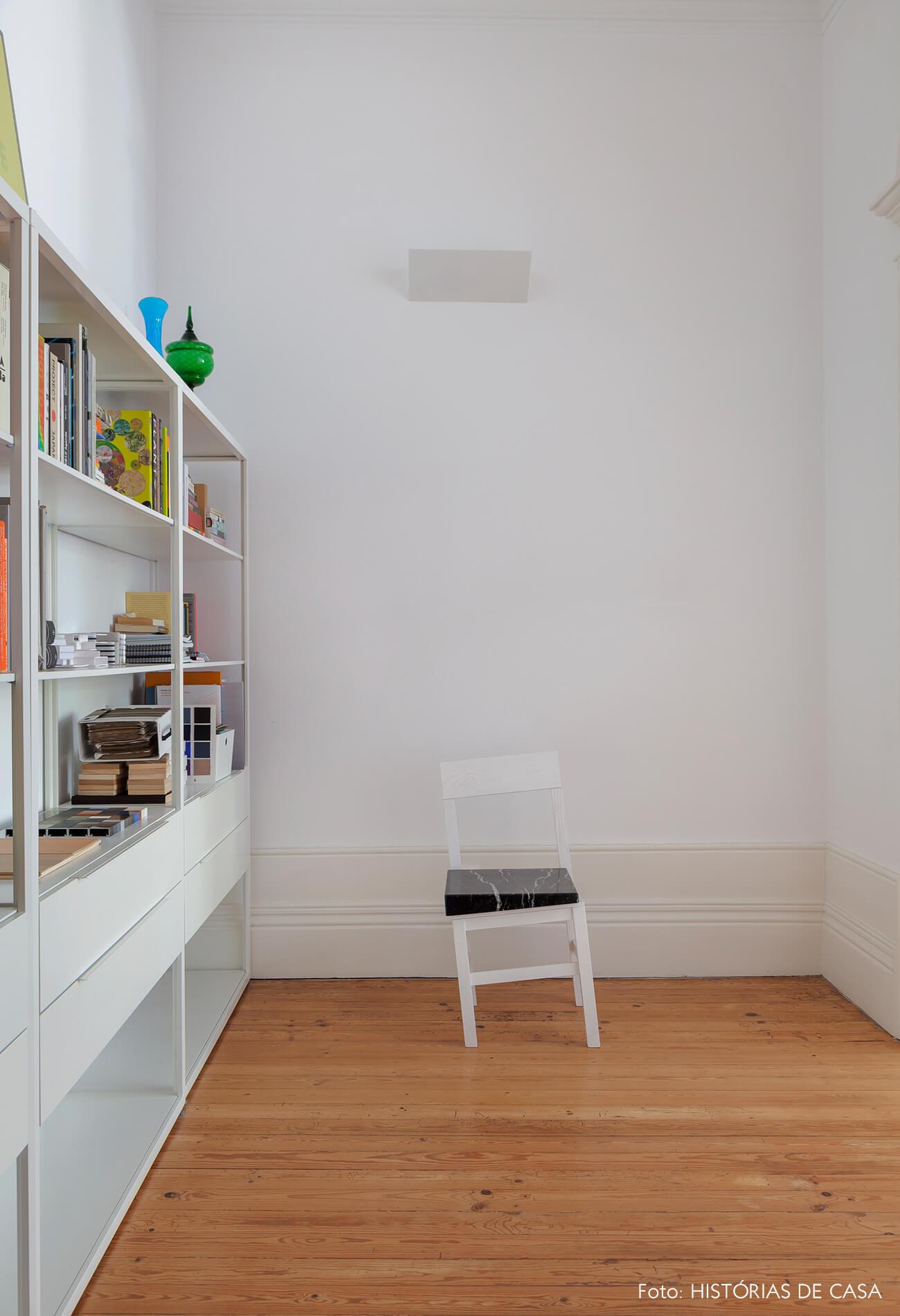 Home office com cadeira de design