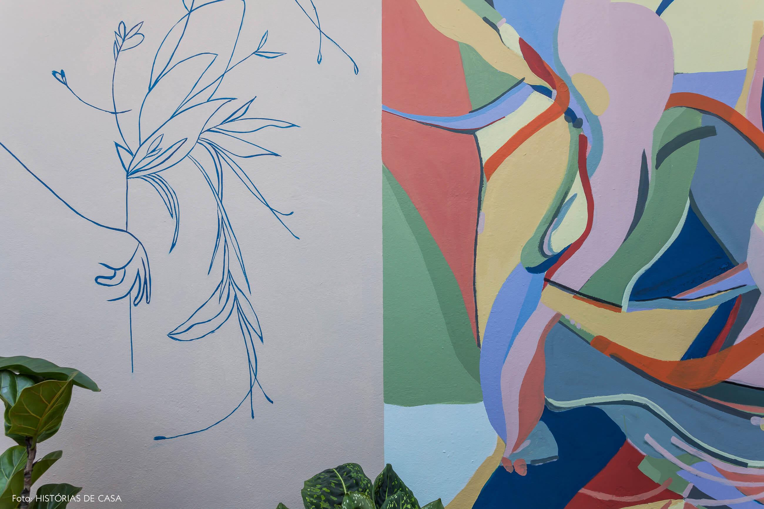 Corredor lateral do quintal com grafite colorido