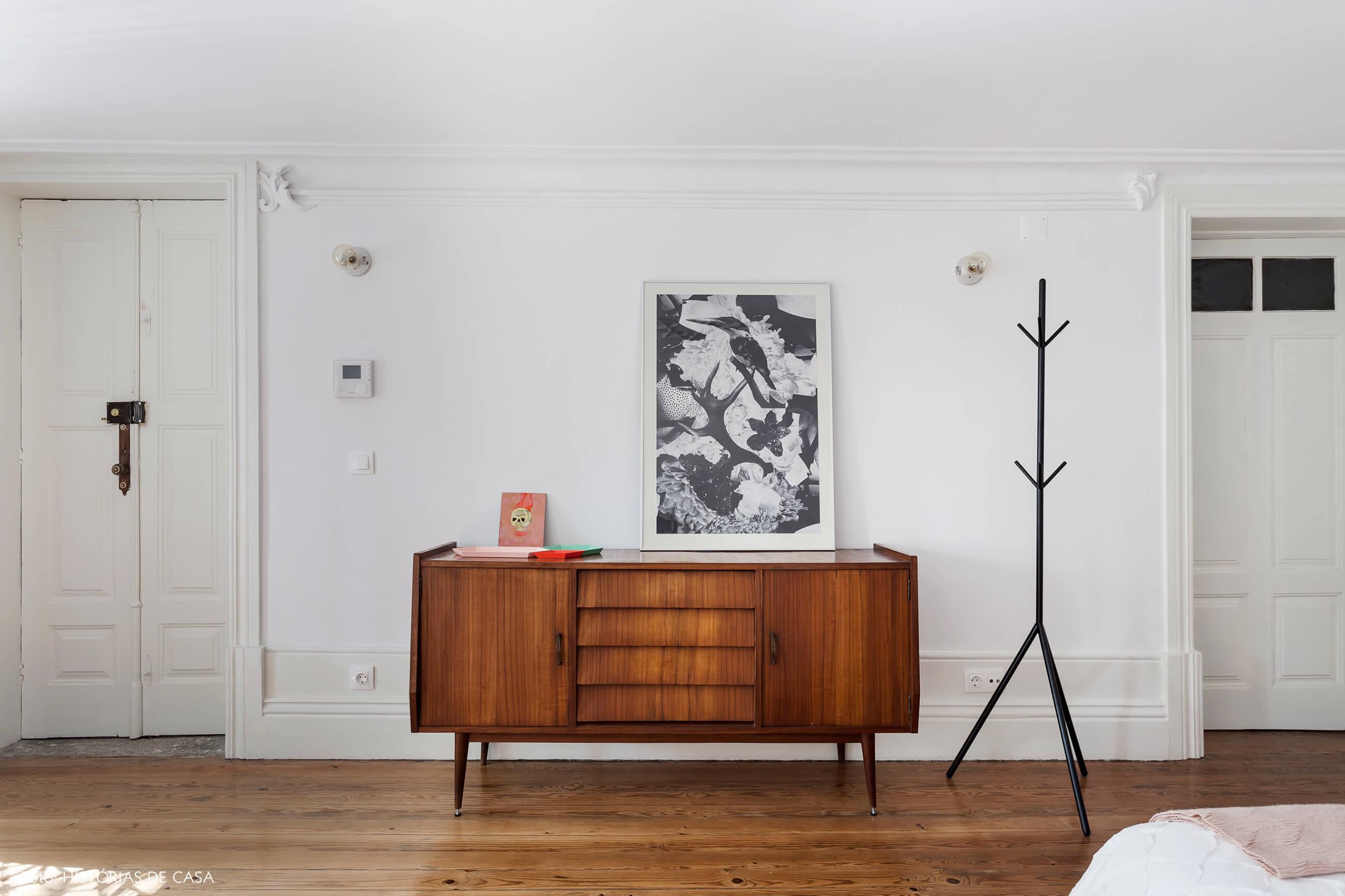 Quarto com arquitetura clássica e buffet vintage