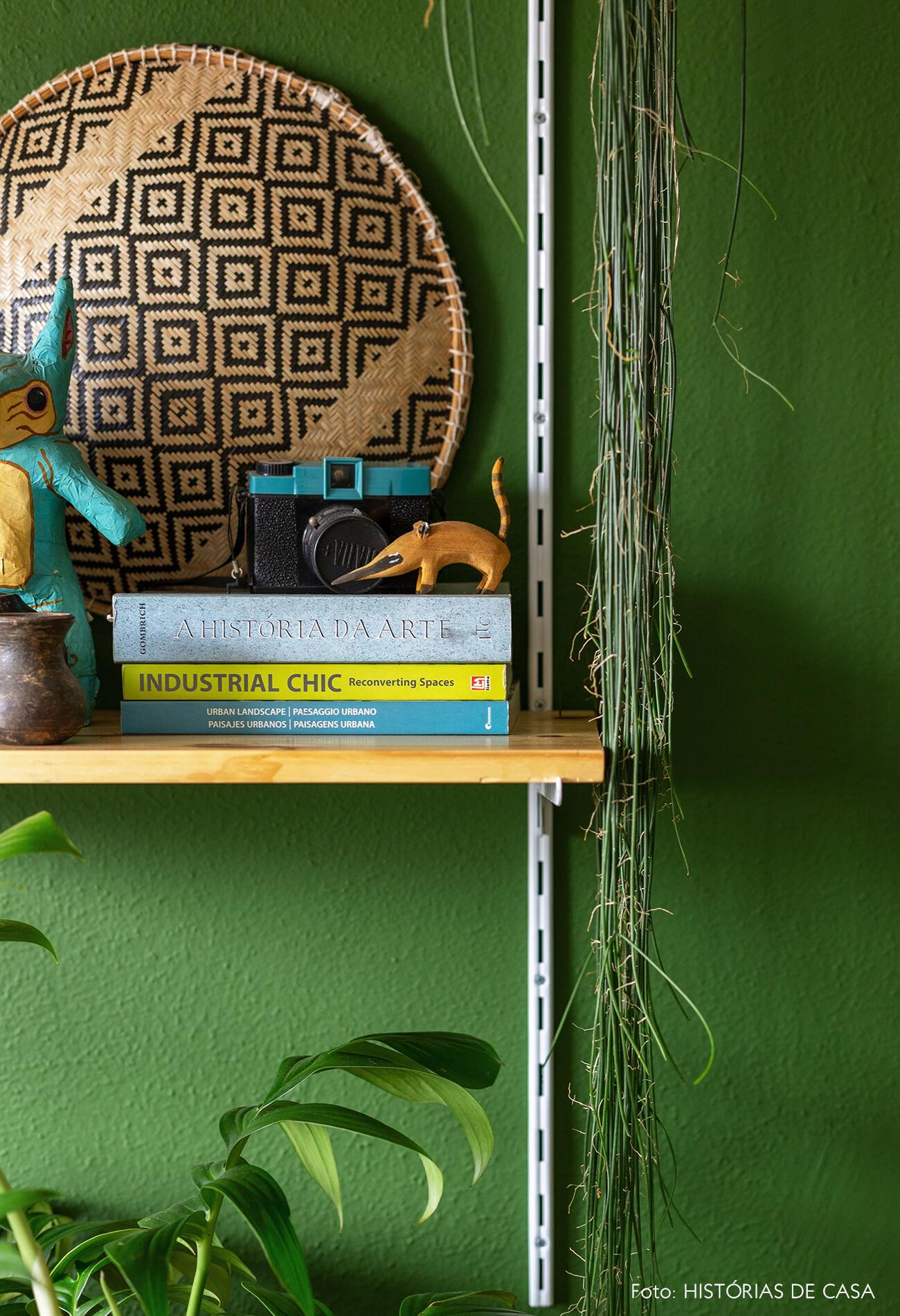 Home office com estante de trilho e cadeira amarela