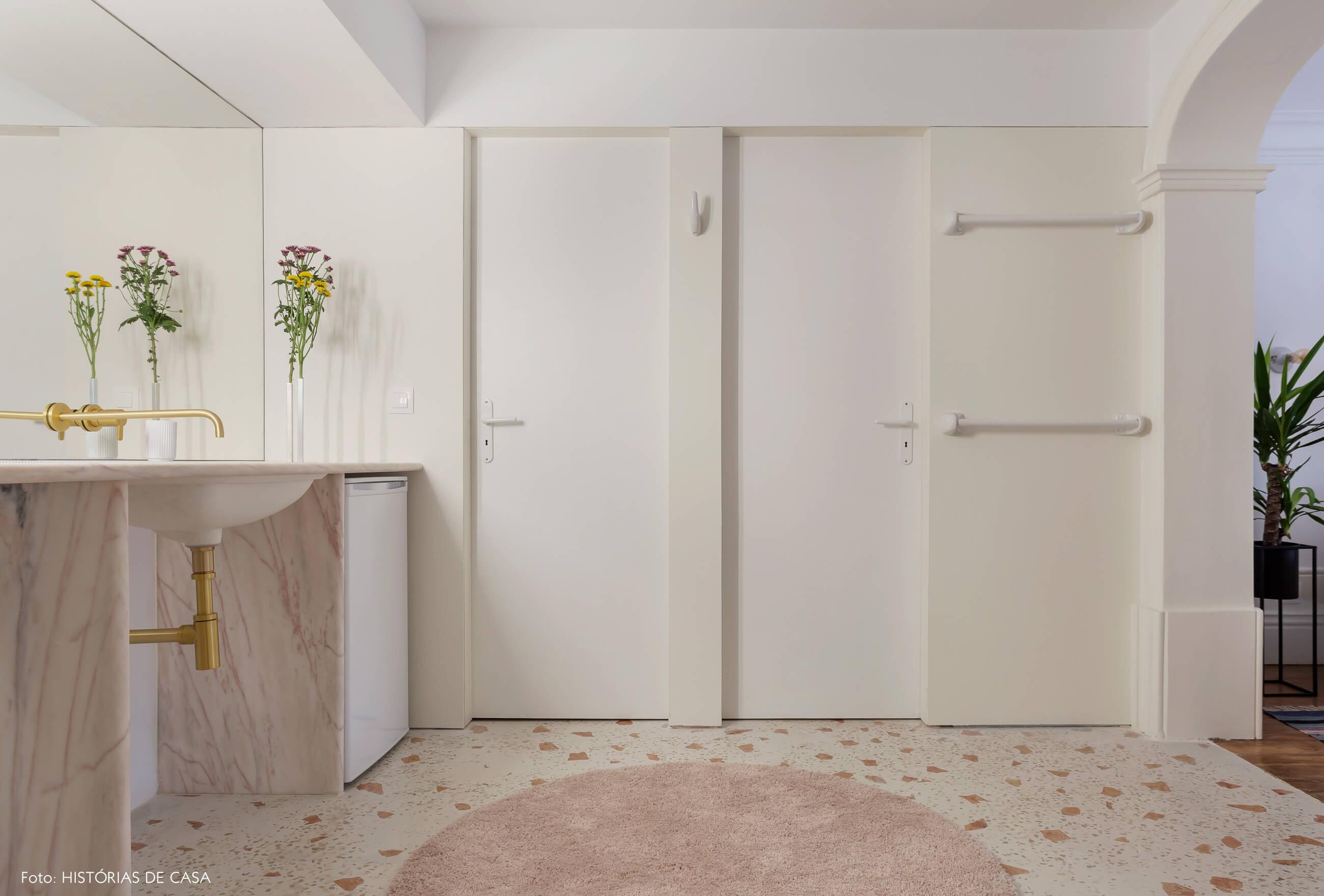 Banheiro com piso de granilite