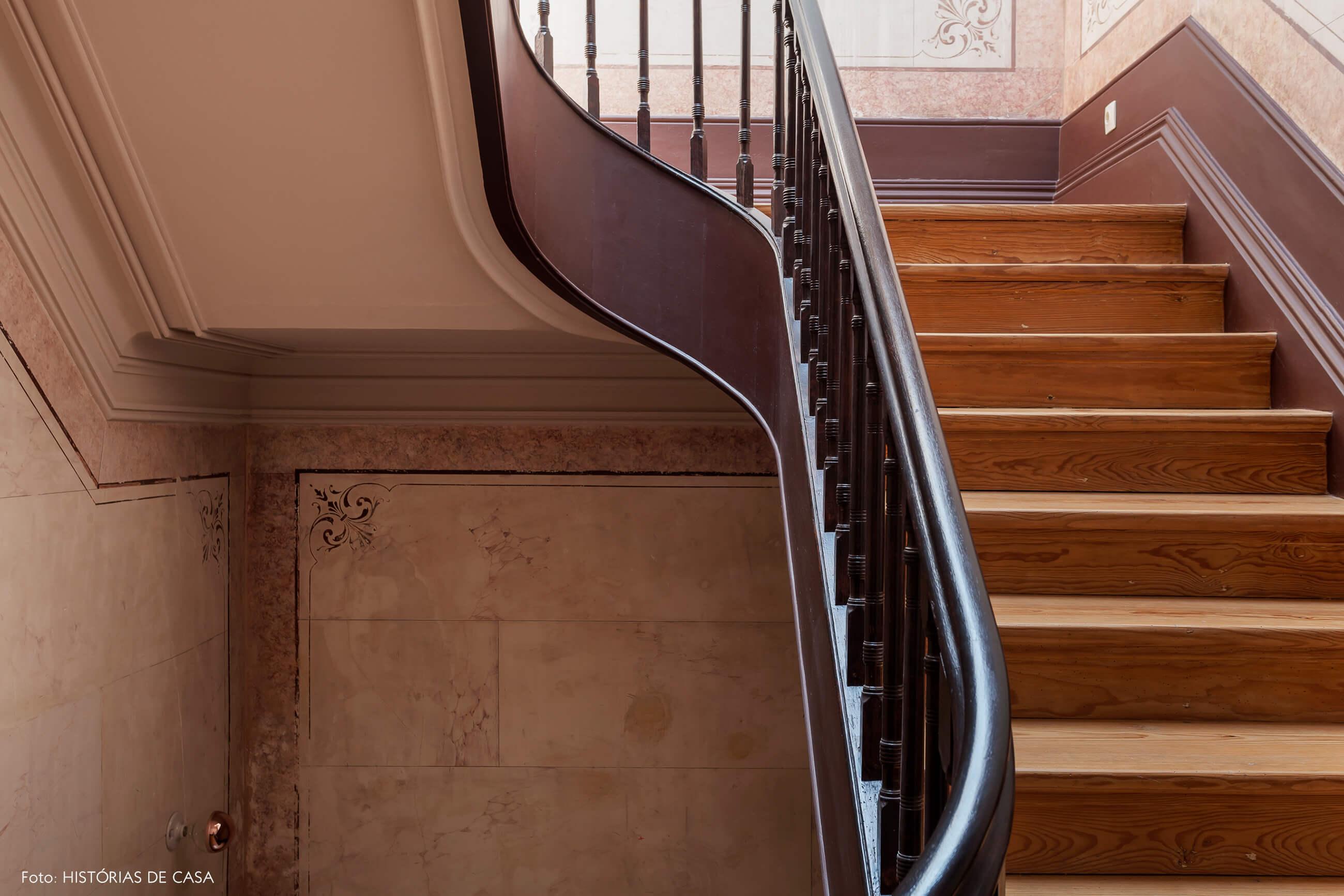 Casa centenária em Portugal com escadaria de madeira