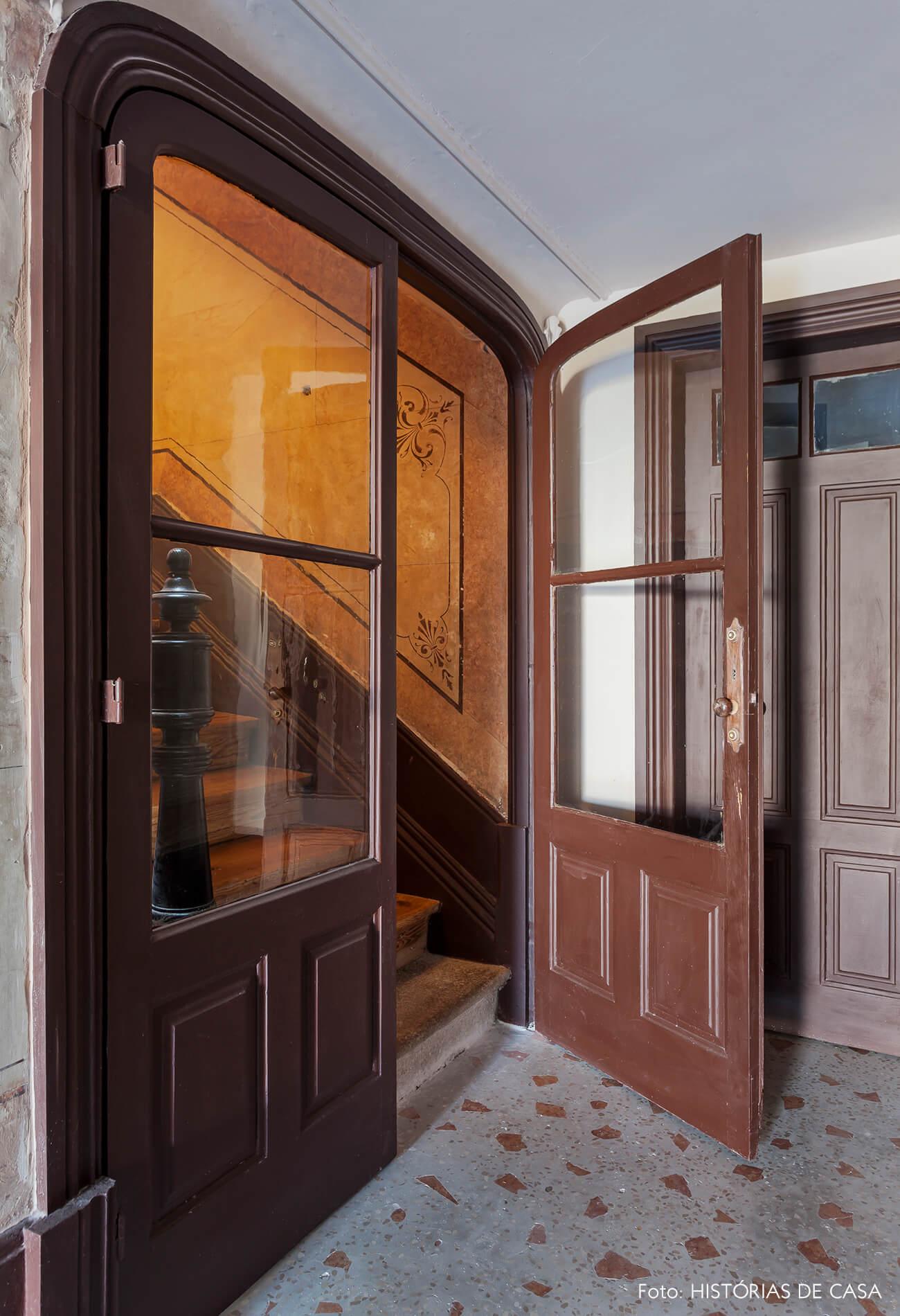 Casa centenária em Portugal com portas de madeira