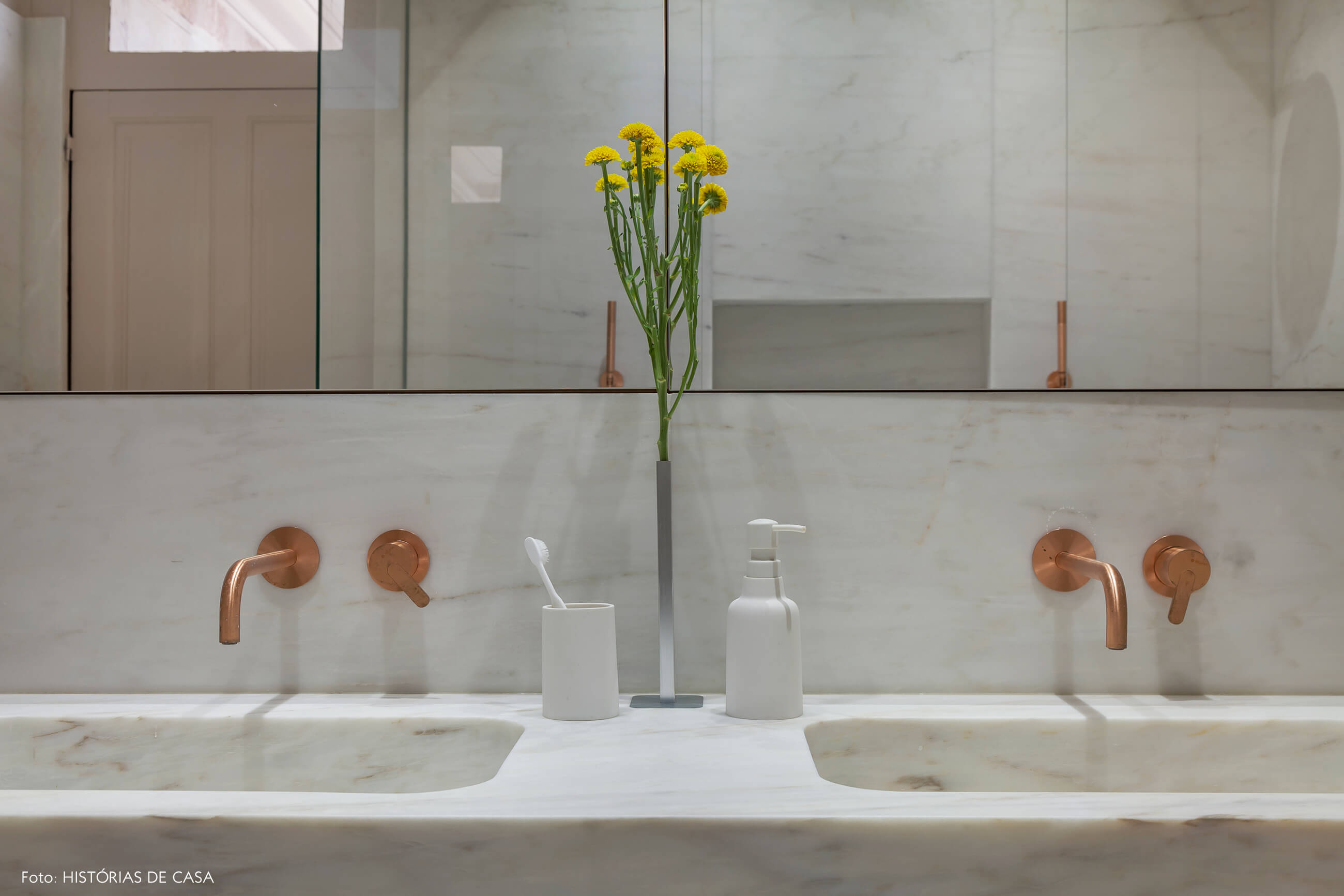 Banheiro com duas cubas de mármore