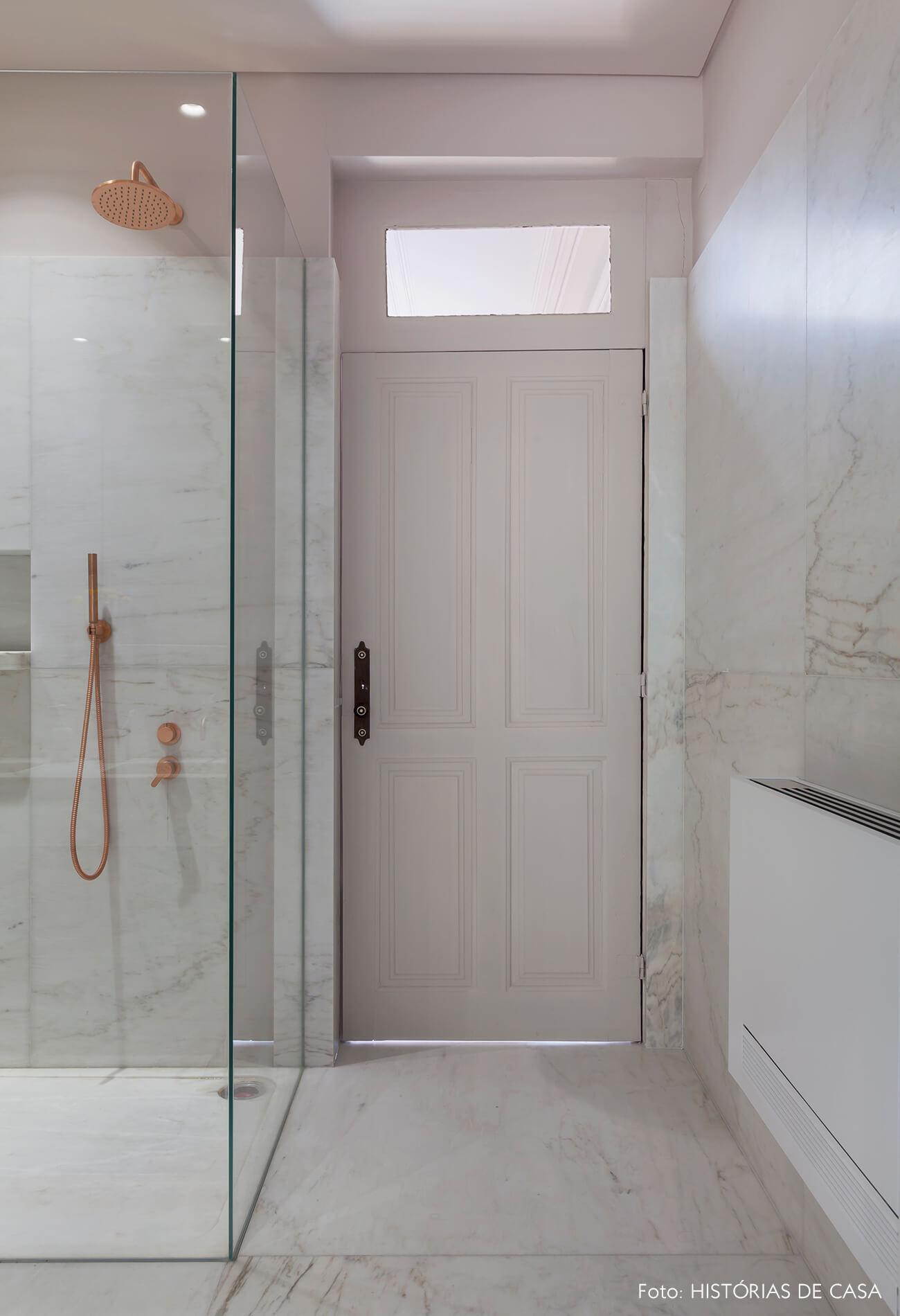 Banheiro com revestimentos de mármore