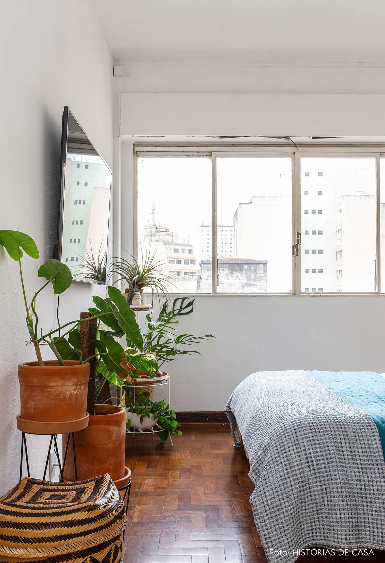 Quarto com plantas e roupa de cama de linho