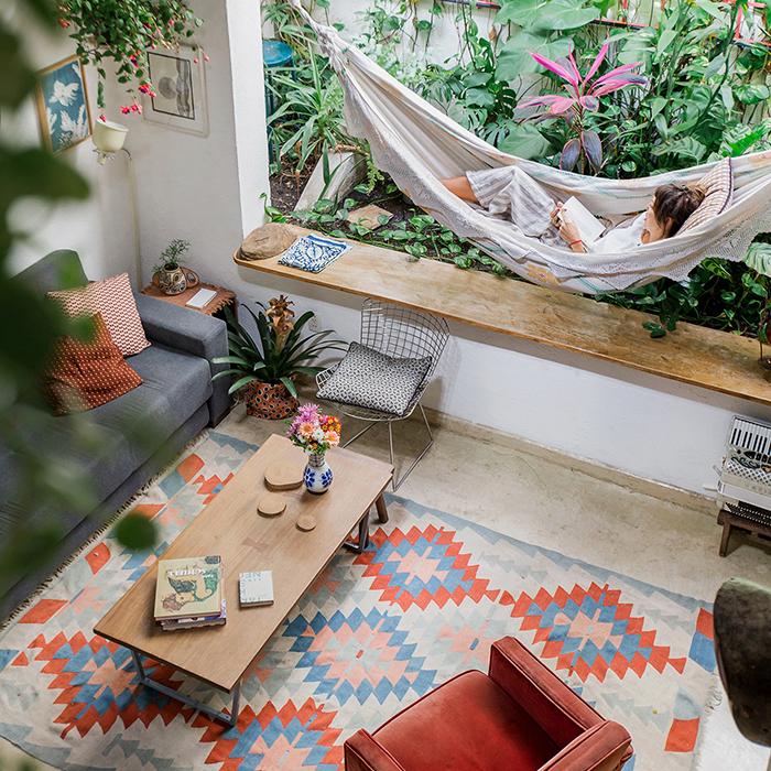 Casa com decoração colorida e jardim
