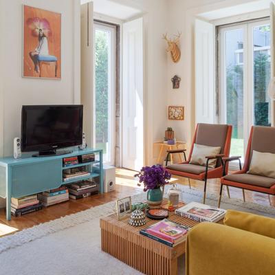 Sala colorida em apartamento português
