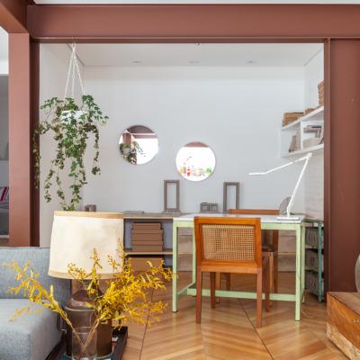 Sala com home office e piso espinho de peixe