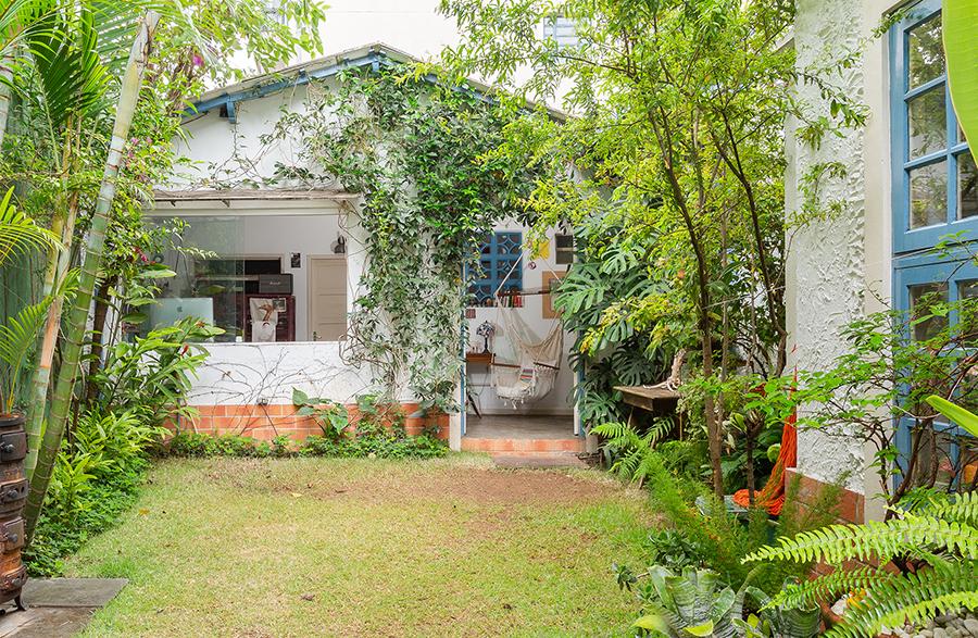 Casa com quintal e jardim