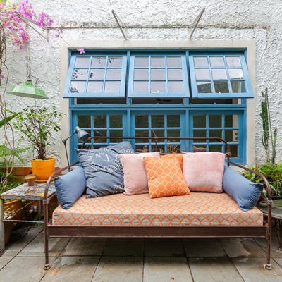 Jardim com sala ao ar livre e móveis de ferro