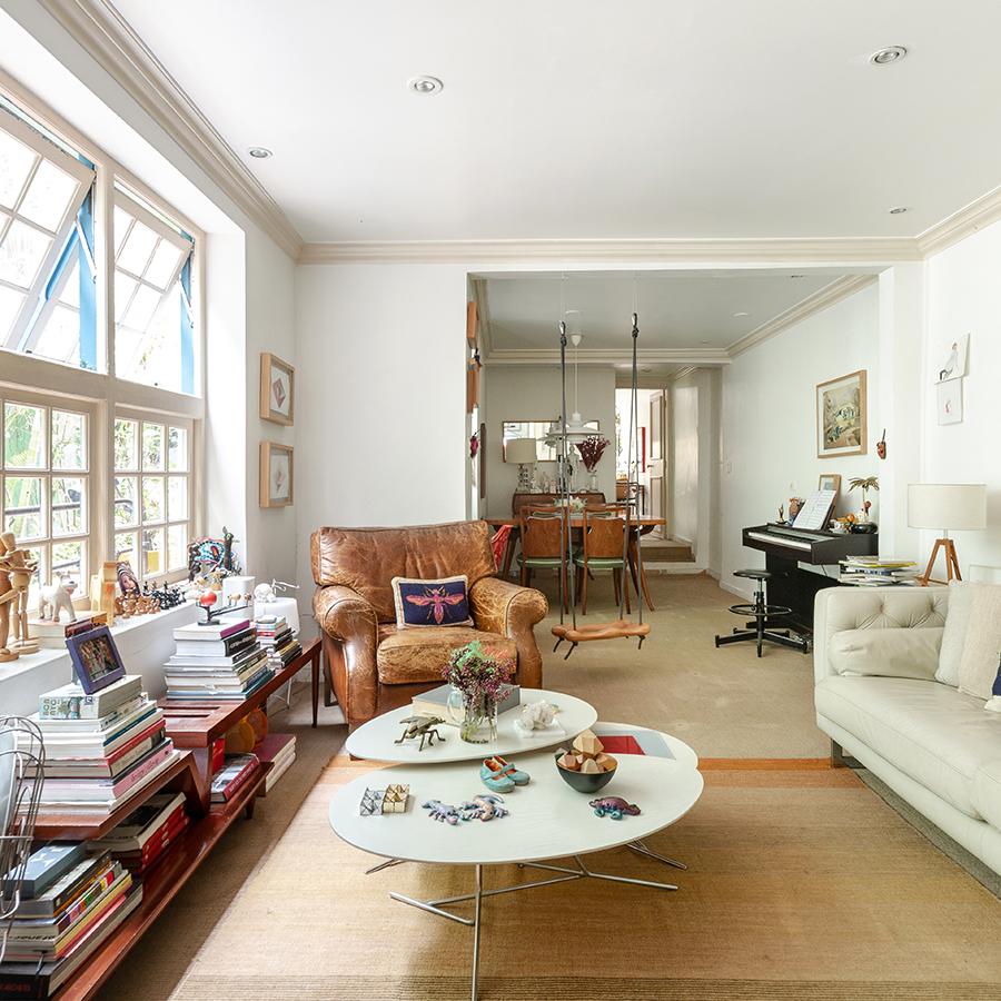 Sala com móveis vintage e poltrona de couro