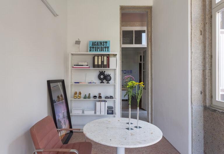 Home office com mesa redonda e estante