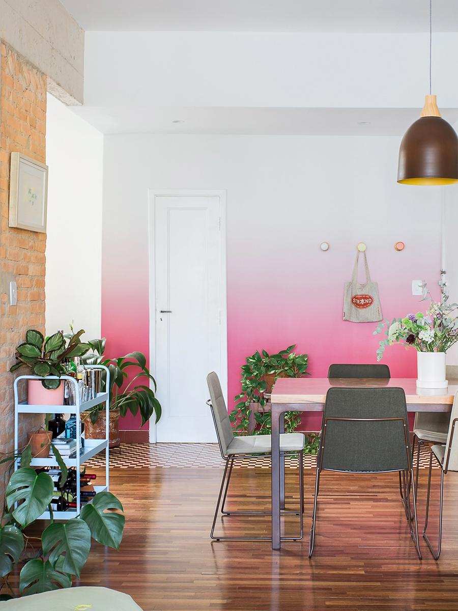 Sala de jantar com papel de parede degradê