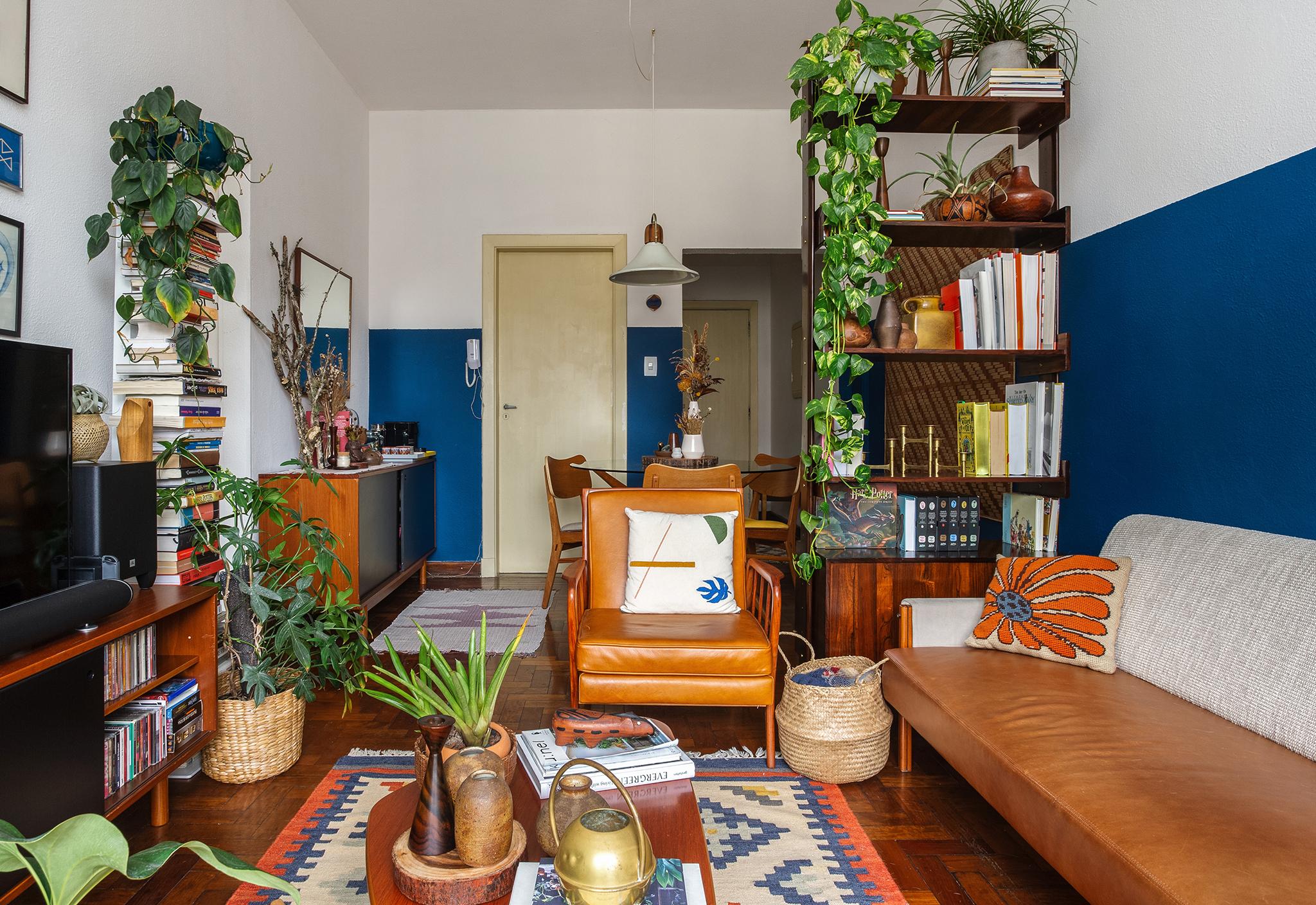 Sala com móveis vintage e paredes azuis
