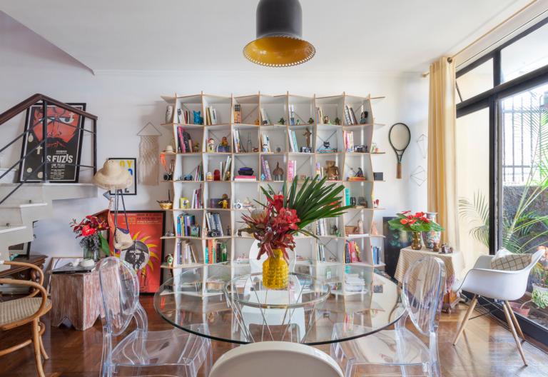 Sala de jantar com estante branca