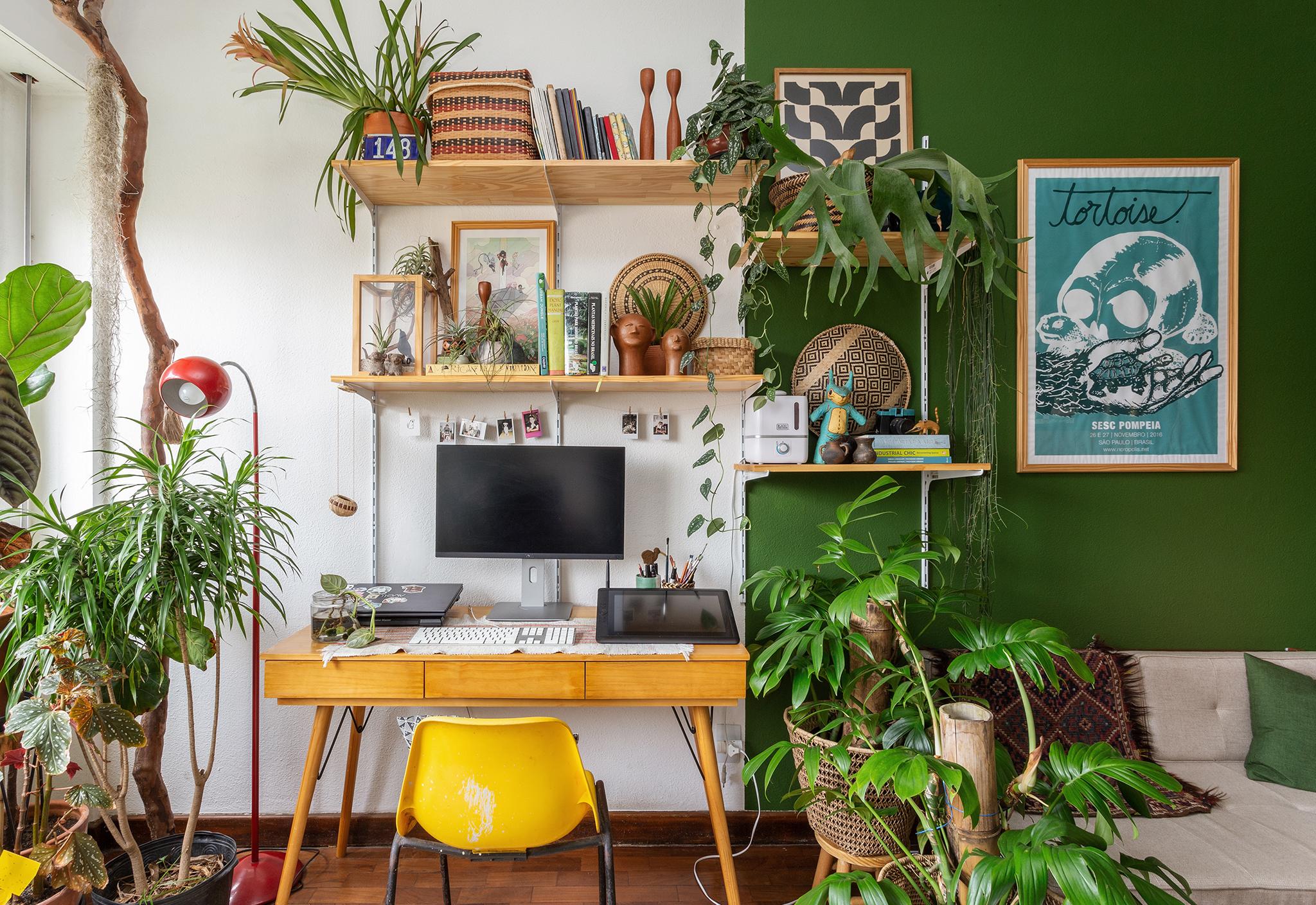 Escritório com meia parede pintada de verde