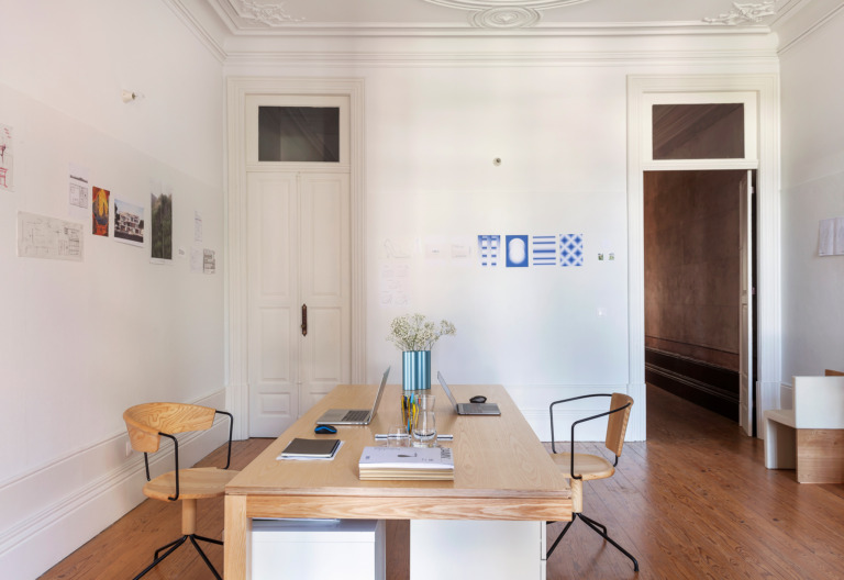 Casa em Portugal com home office minimalista