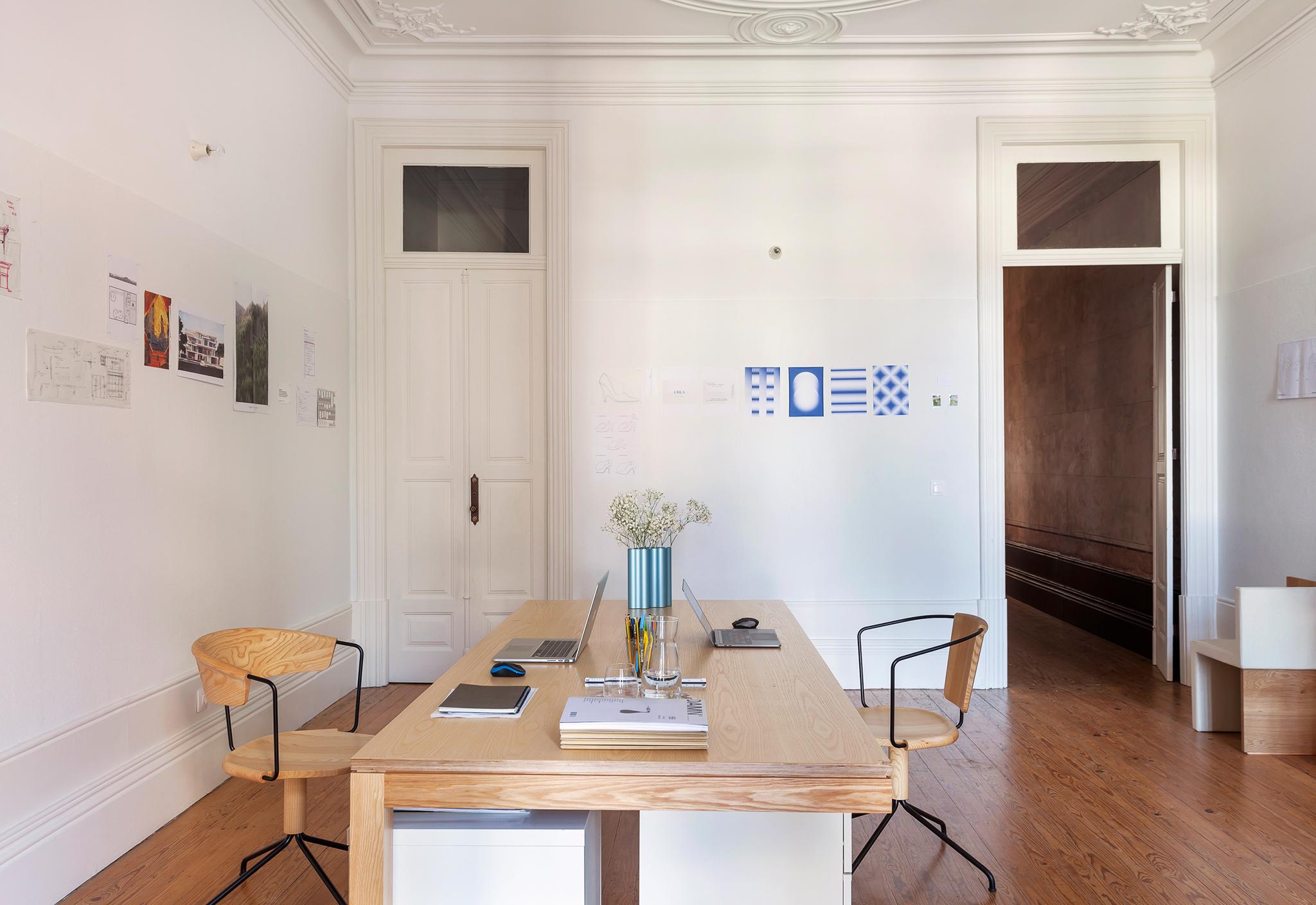 Casa em Portugal com home office minimalista