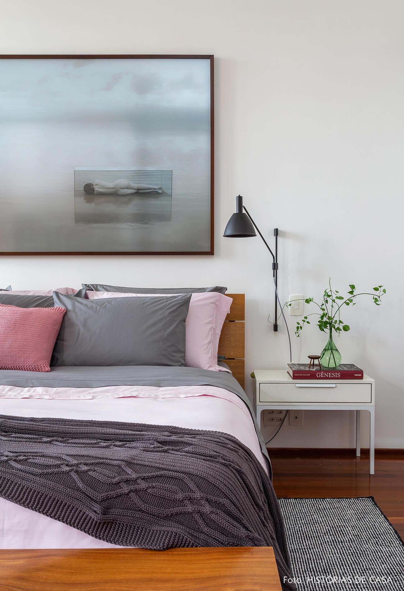 Quarto de casal com roupa de cama cinza e rosa