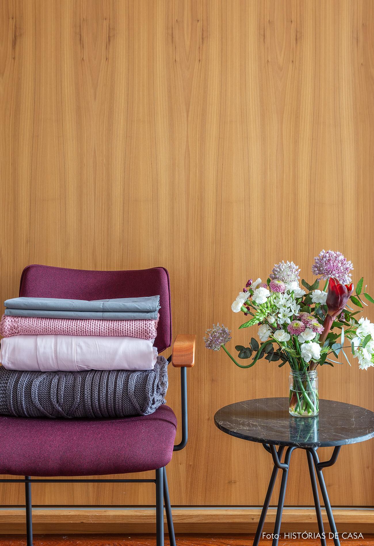 Quarto de casal com roupa de cama cinza e rosa, Mundo do Enxoval