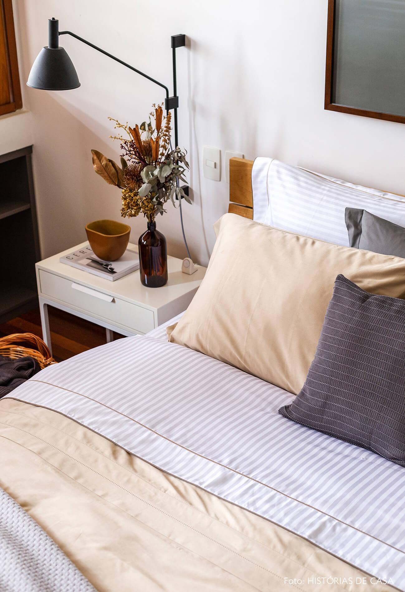 Quarto com roupa de cama em tons neutros, enxoval-cápsula Mundo do Enxoval