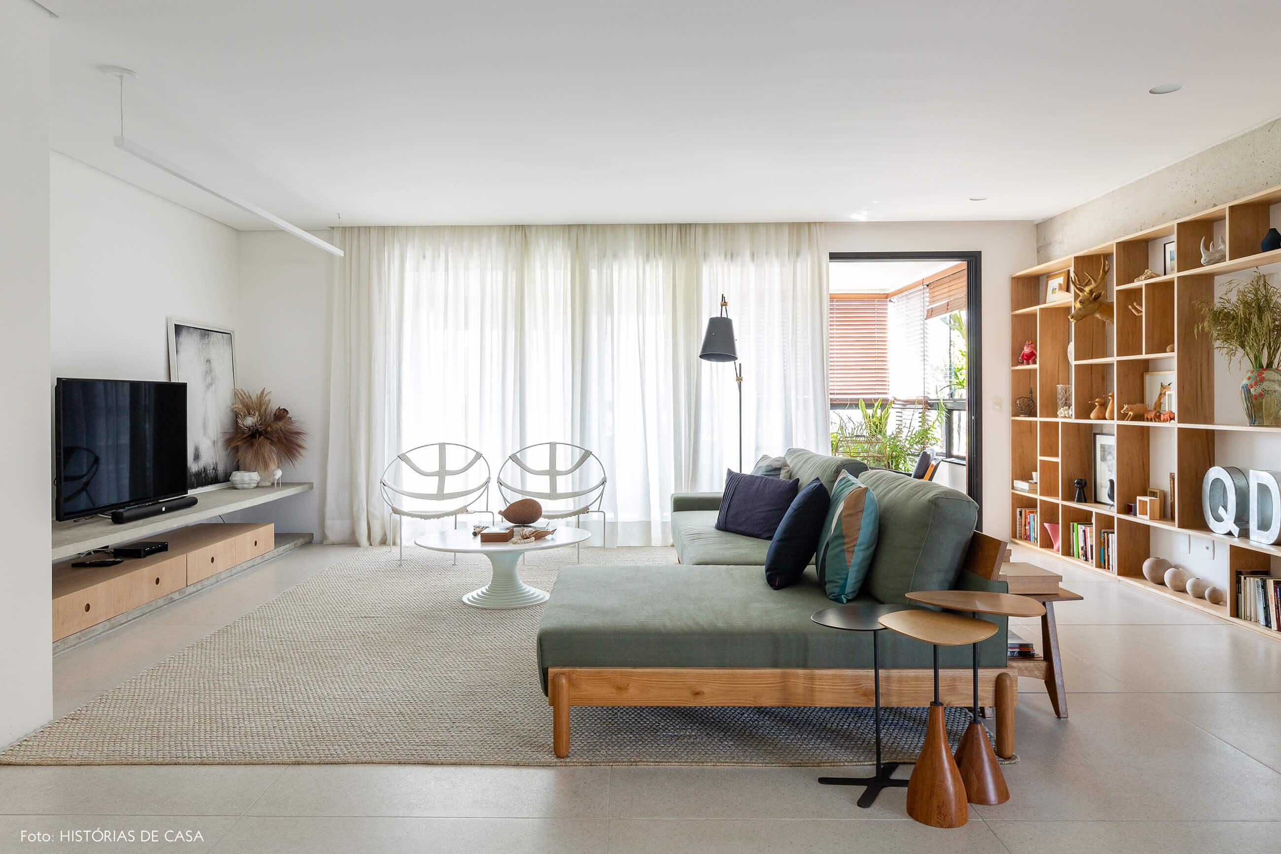 Sala de estar integrada em tons neutros