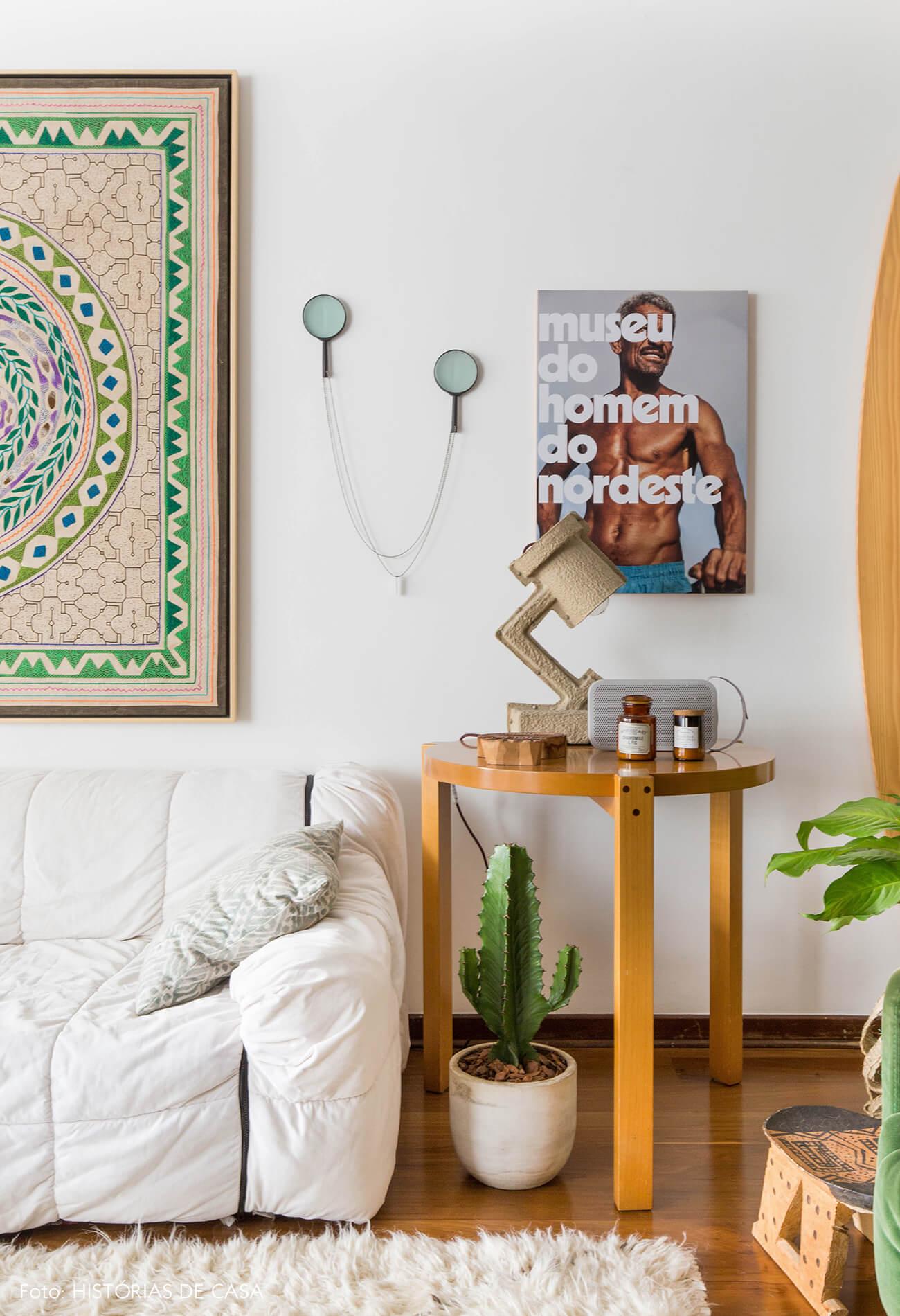 Sofá branco Strips e mesa Girafa, de Lina Bo Bardi