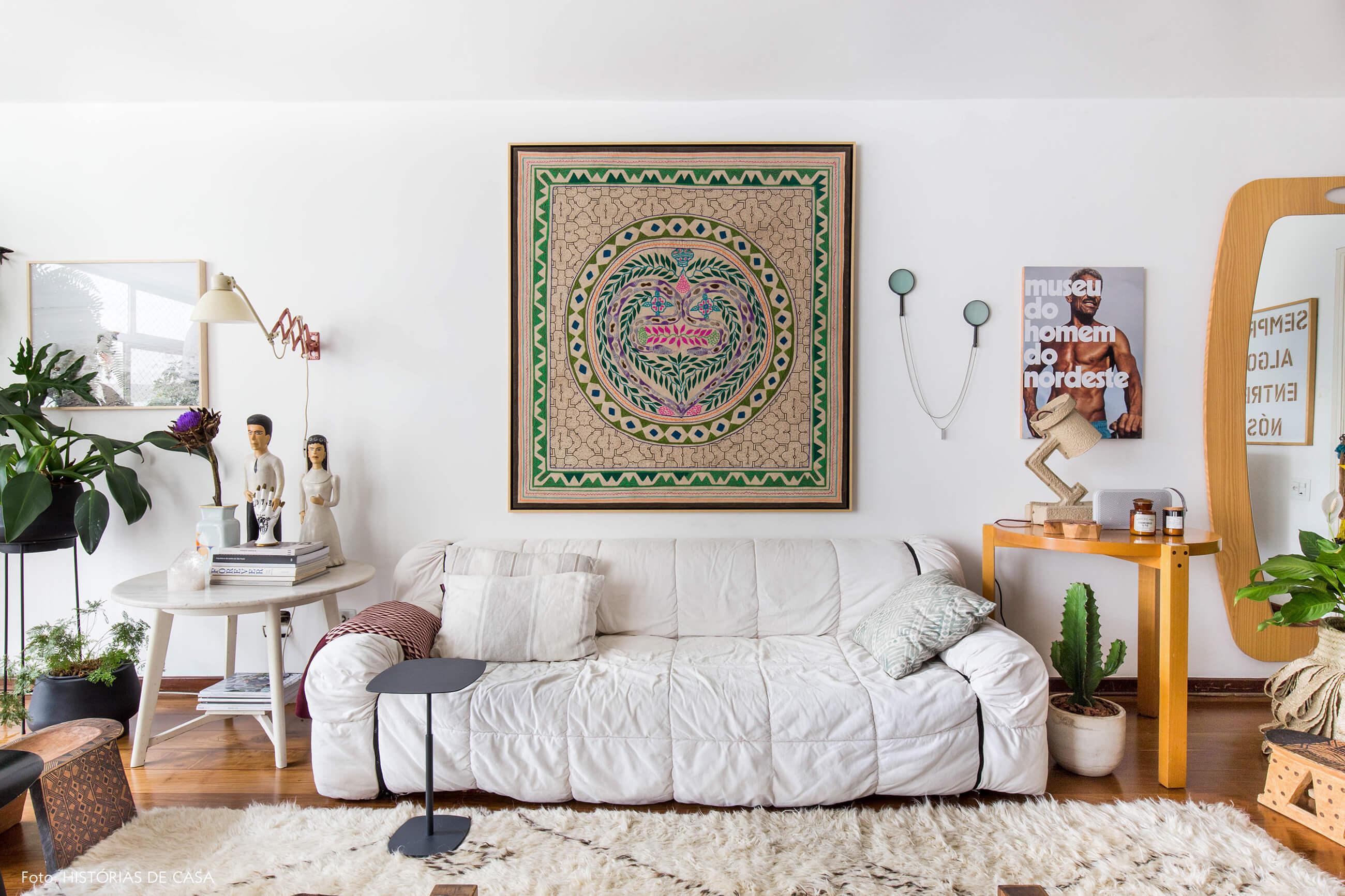 Sofá branco Strips e arte peruana feita à mão na parede