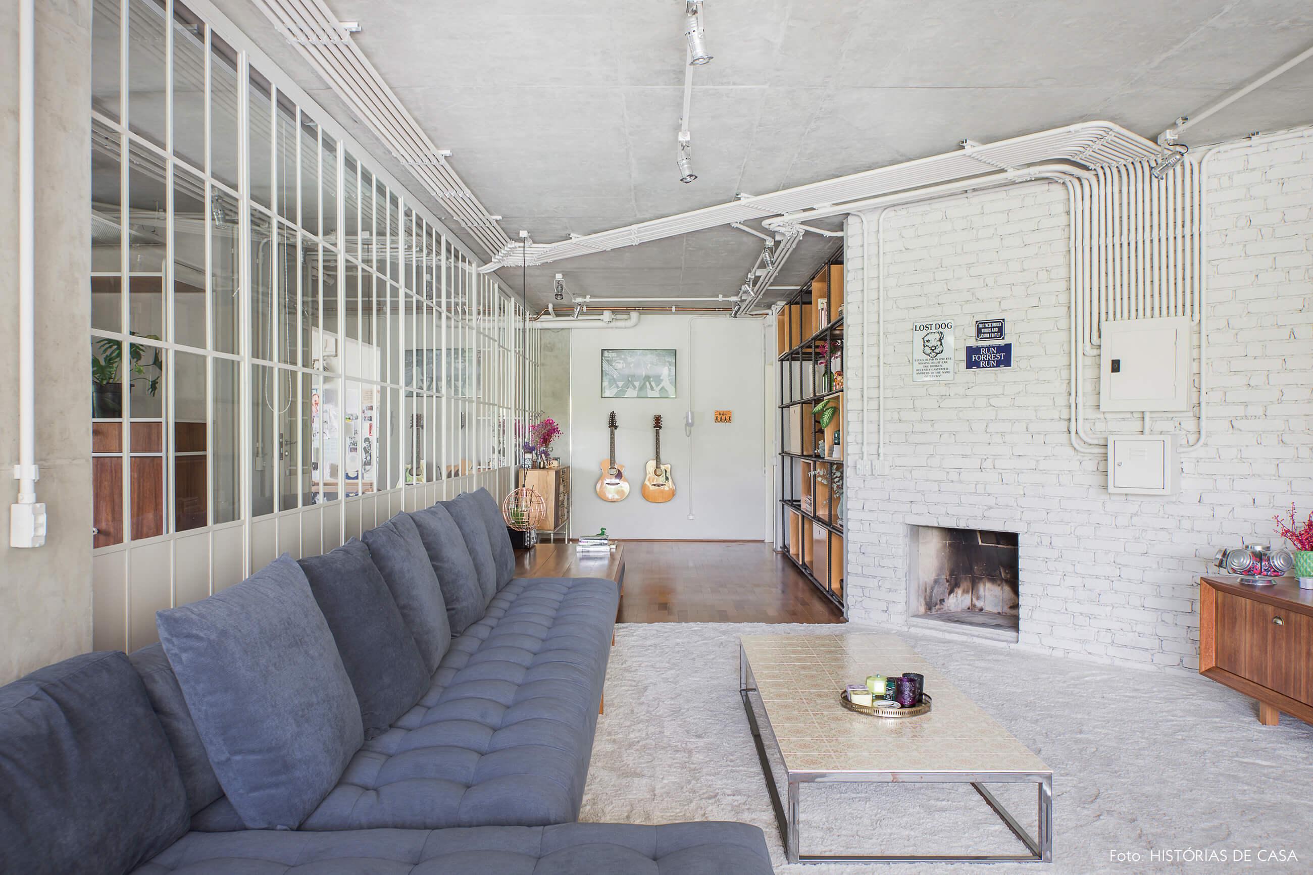 Apartamento com sala integrada e paredes de tijolinho