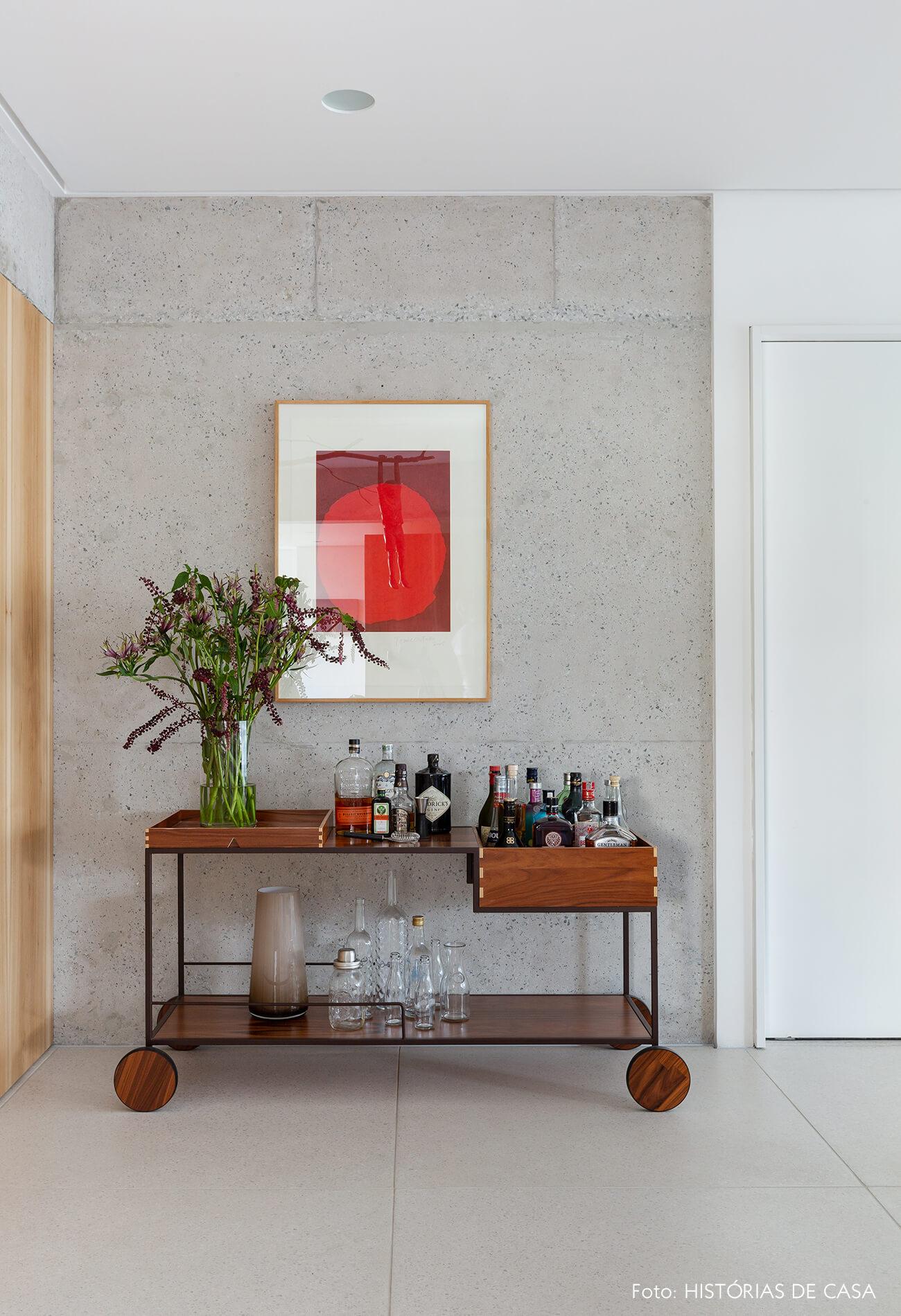 Sala com parede de concreto e carrinho como bar