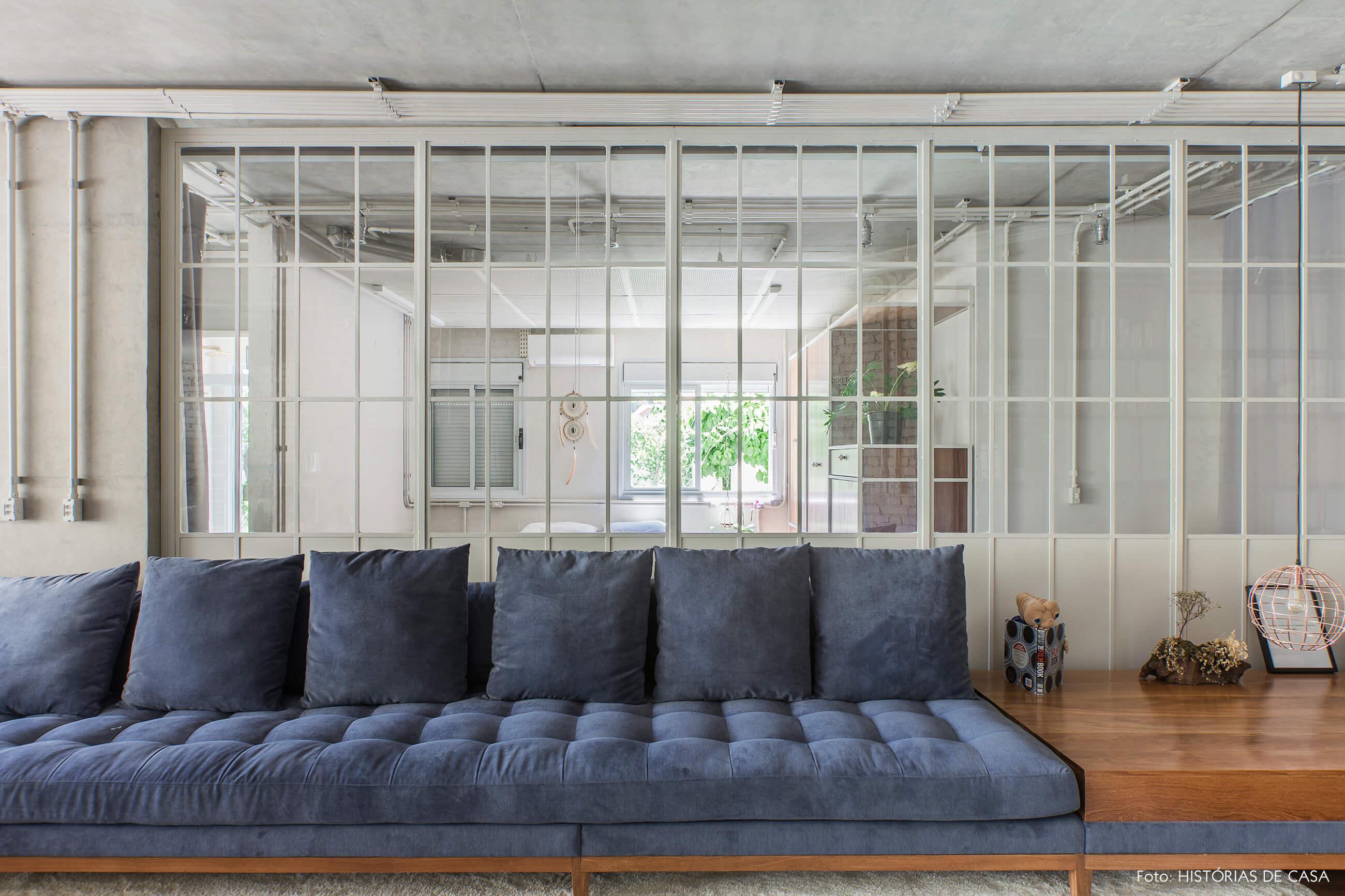 Apartamento com sala integrada e portas de serralheria e vidro
