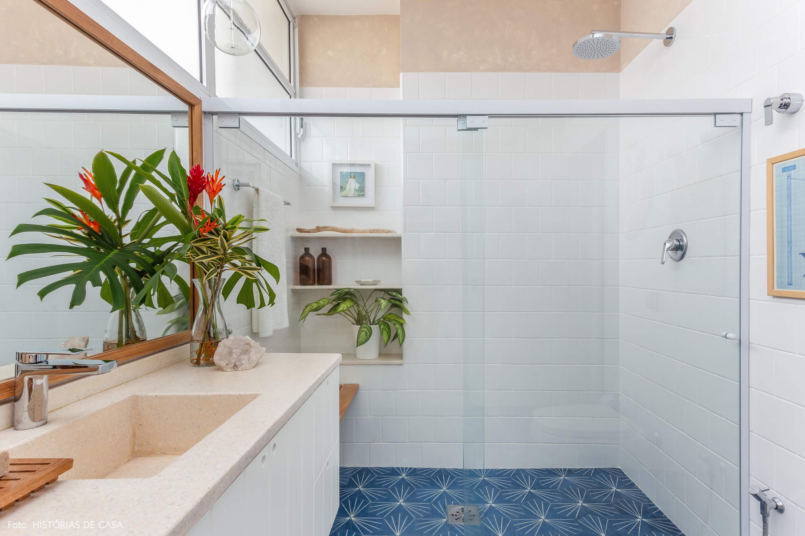 Banheiro reformado, antes e depois, piso de ladrilhos hidráulicos